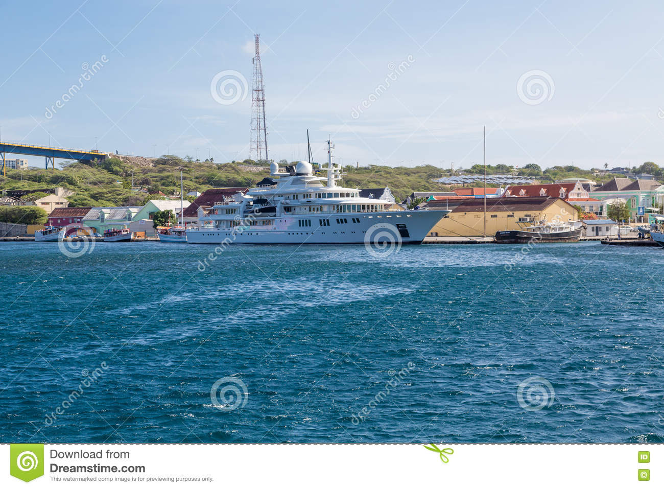Enorme Yacht in Curaçao