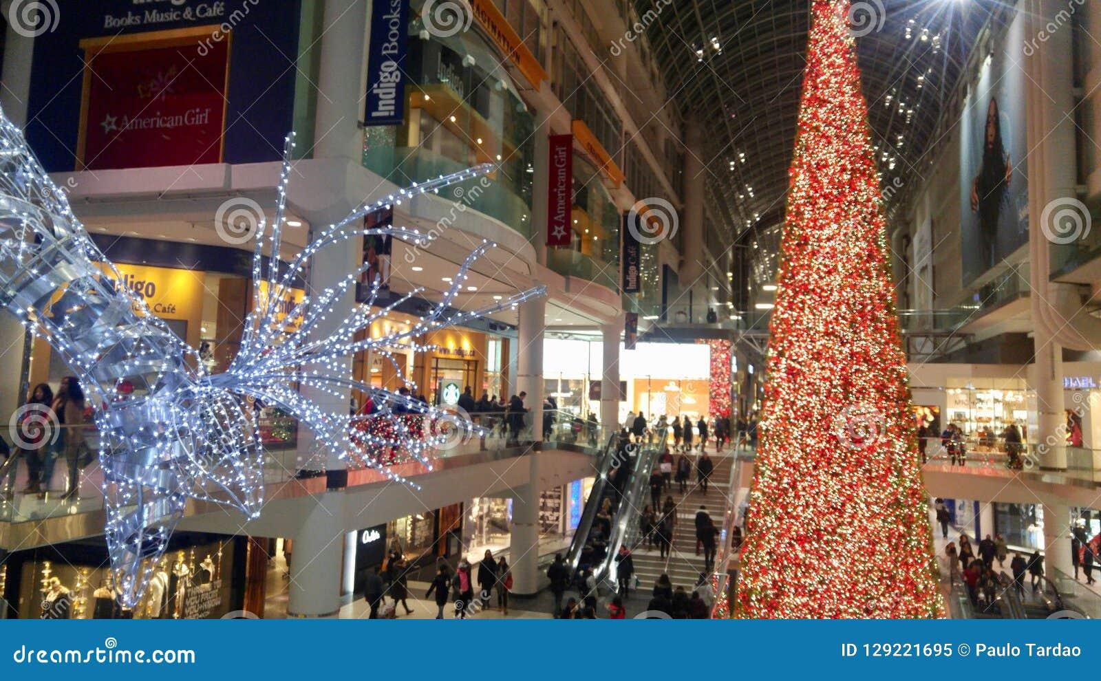 Enormer Ren-und Weihnachtsbaum, der die Weise für Käufer in einem Mall beleuchtet