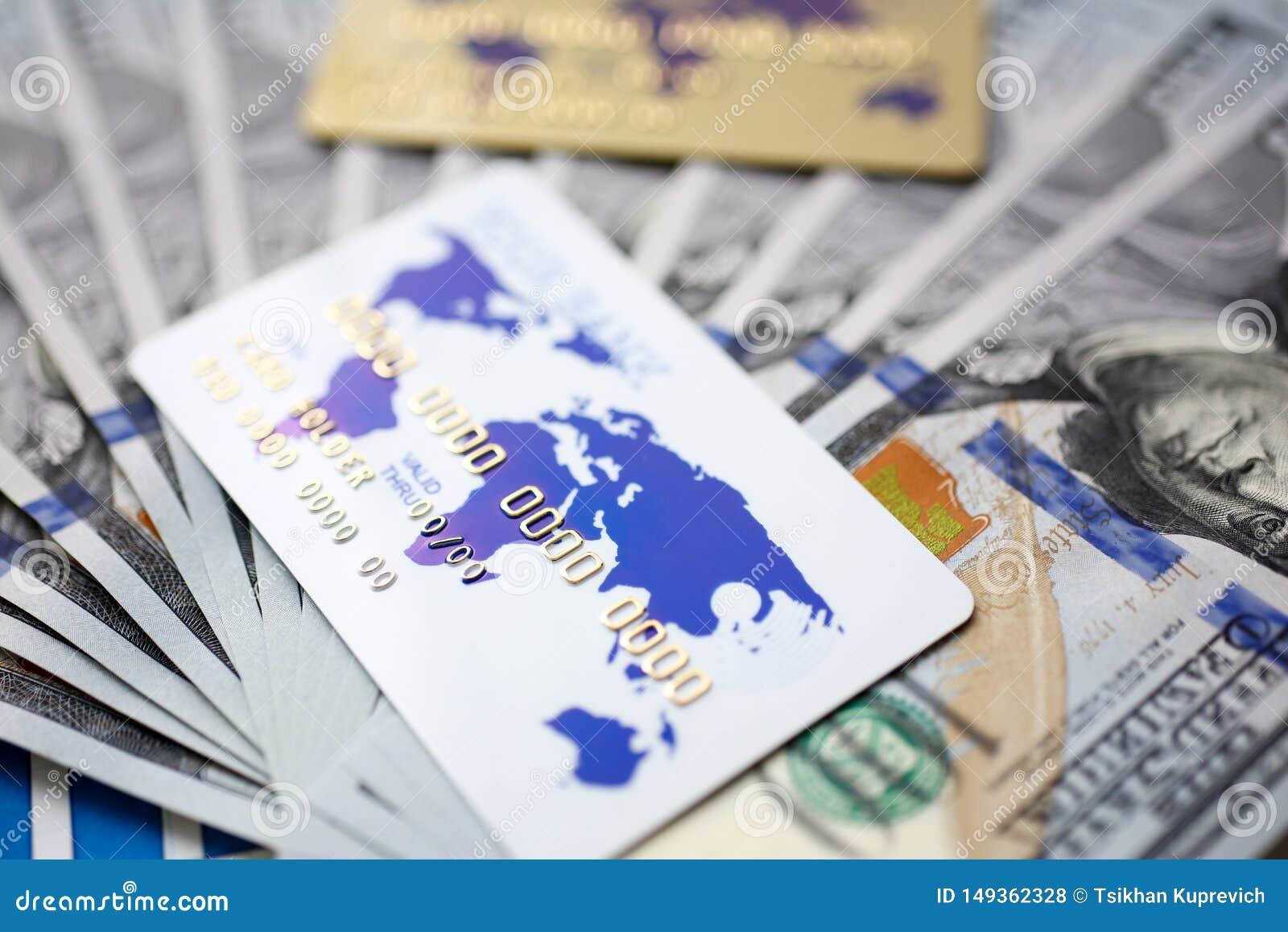Enormer Satz von US-Geld und -Bankkarte, die sich auf wichtigem Finanzdokument hinlegen