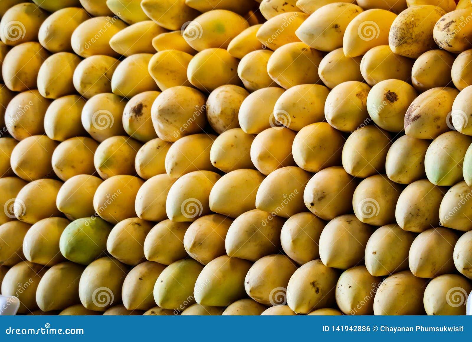 Enormt av mangobakgrund längs gatamat och ny frukt