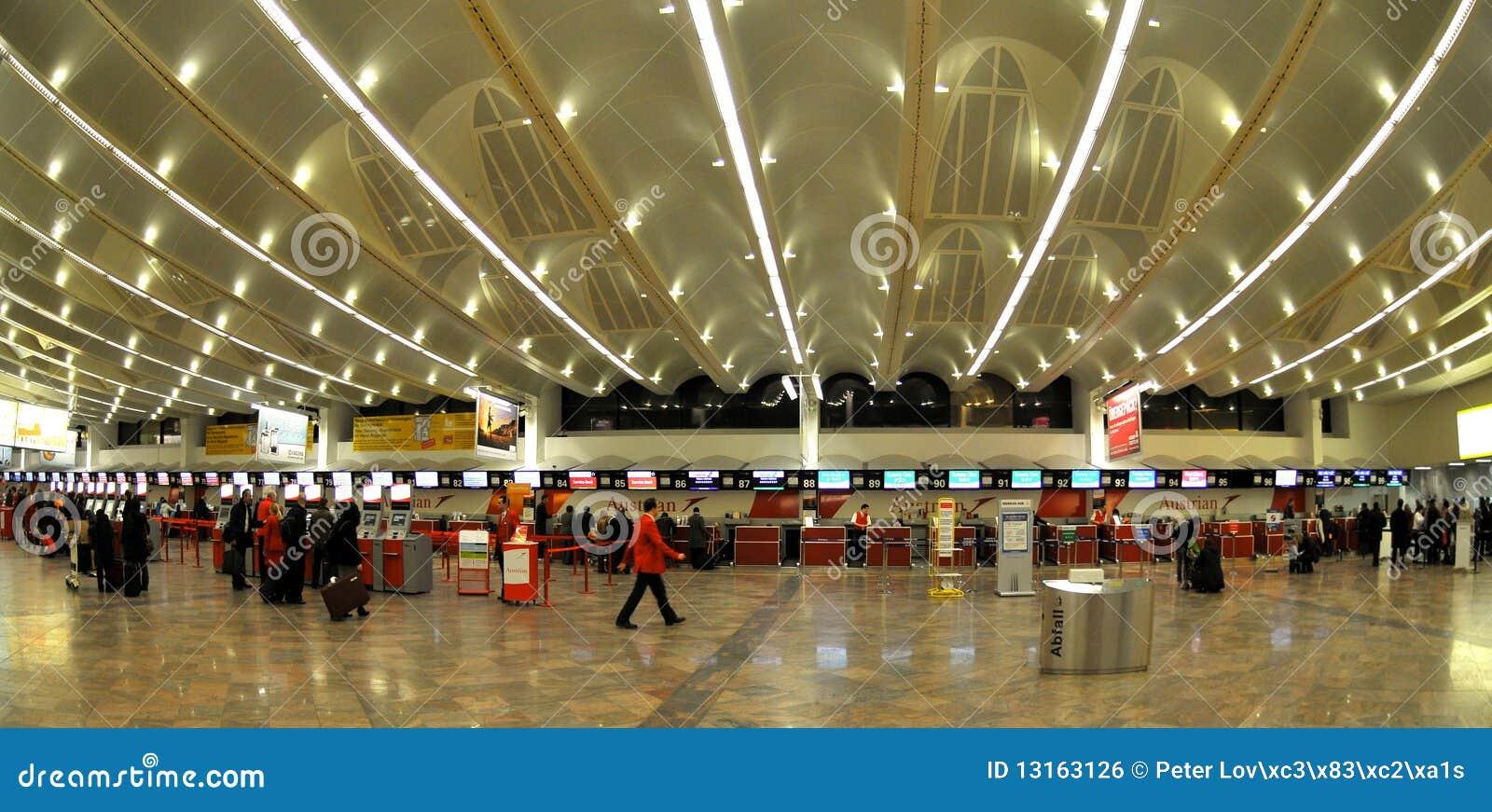 Aeroporto Vienna : Enregistrement dans l aéroport de vienne photo éditorial