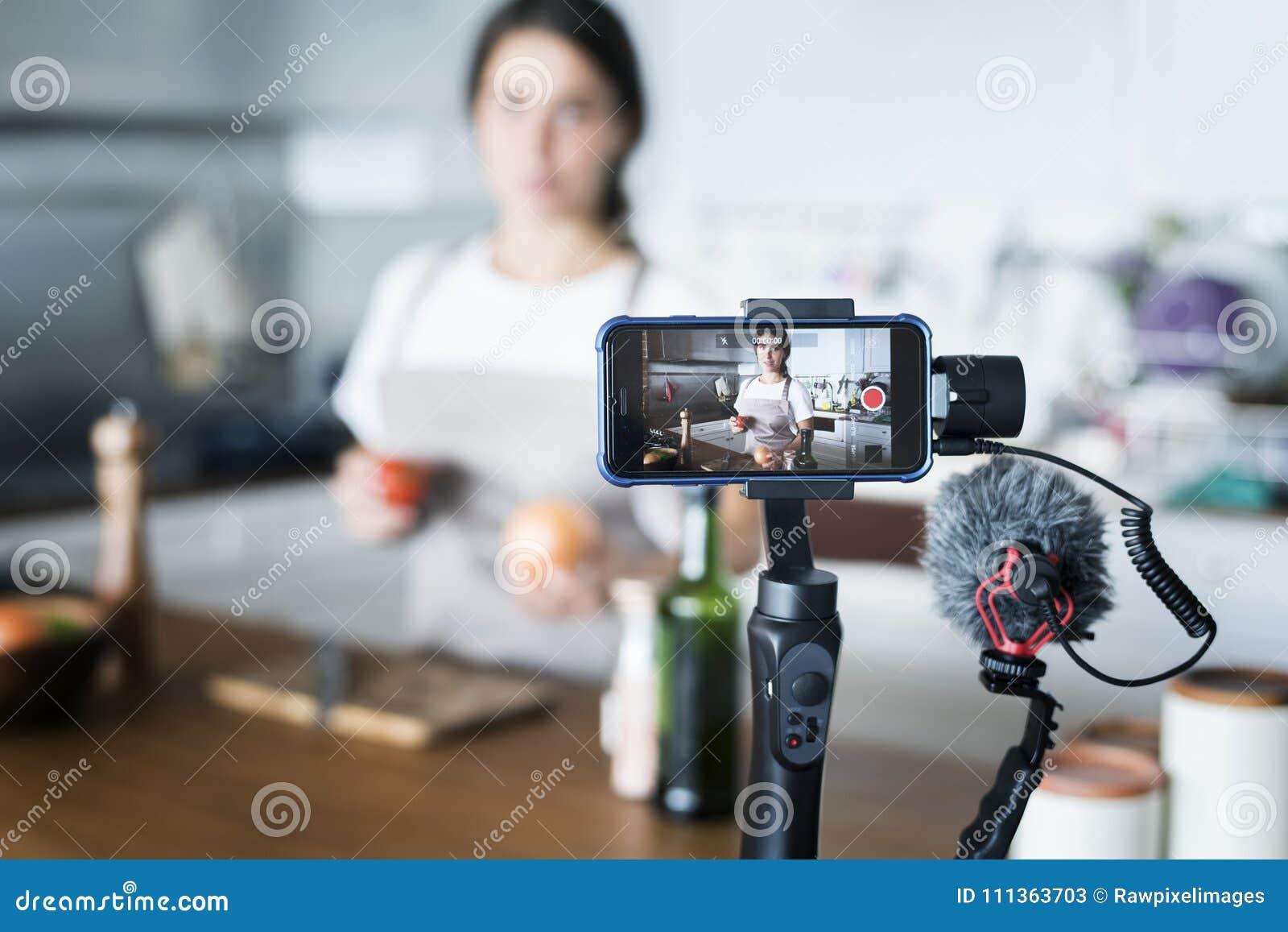 Enregistrement femelle de blogger faisant cuire l émission connexe à la maison
