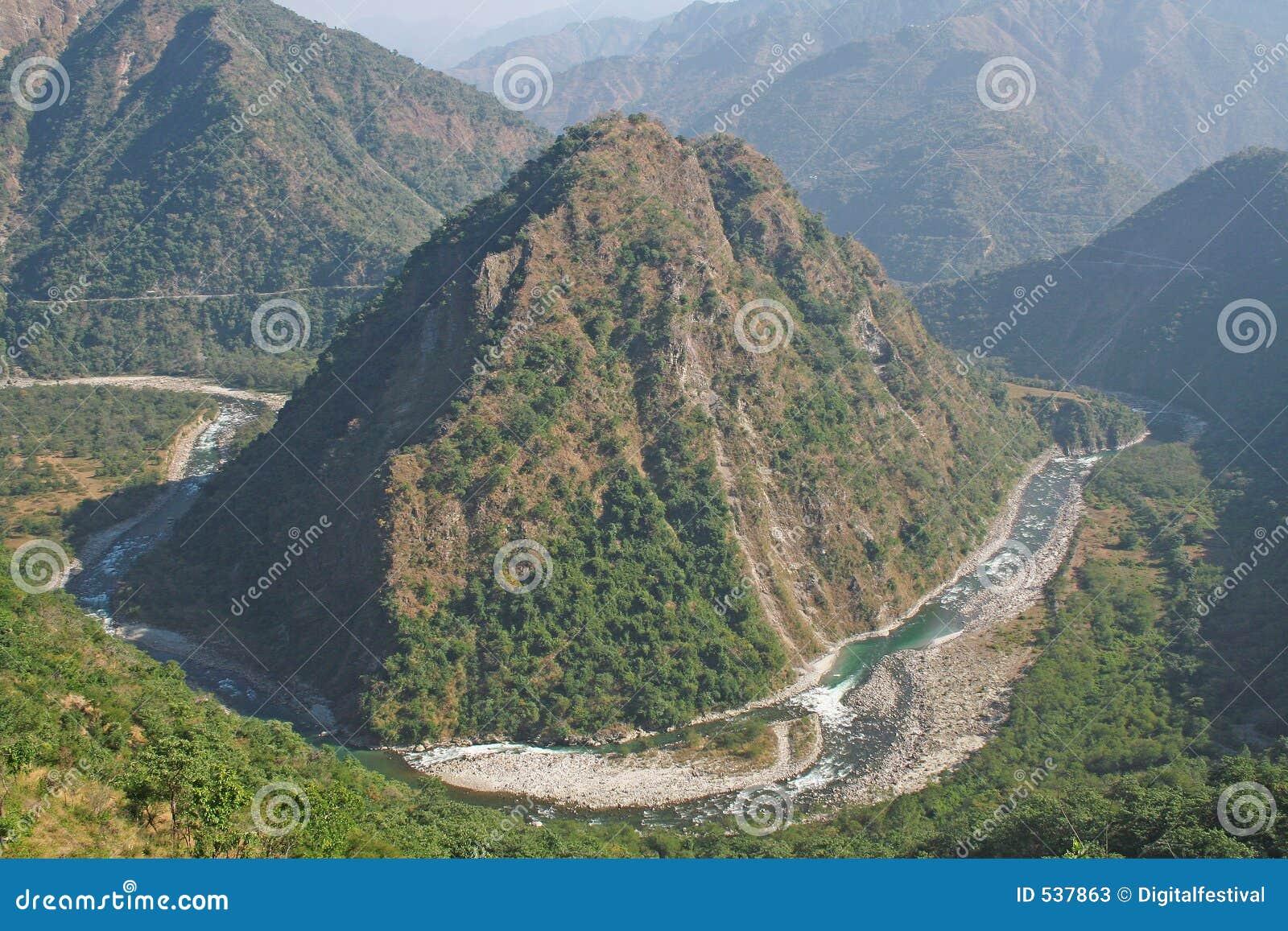 Enrolamento do yamuna do rio através das montanhas suas maneiras com m himalayan