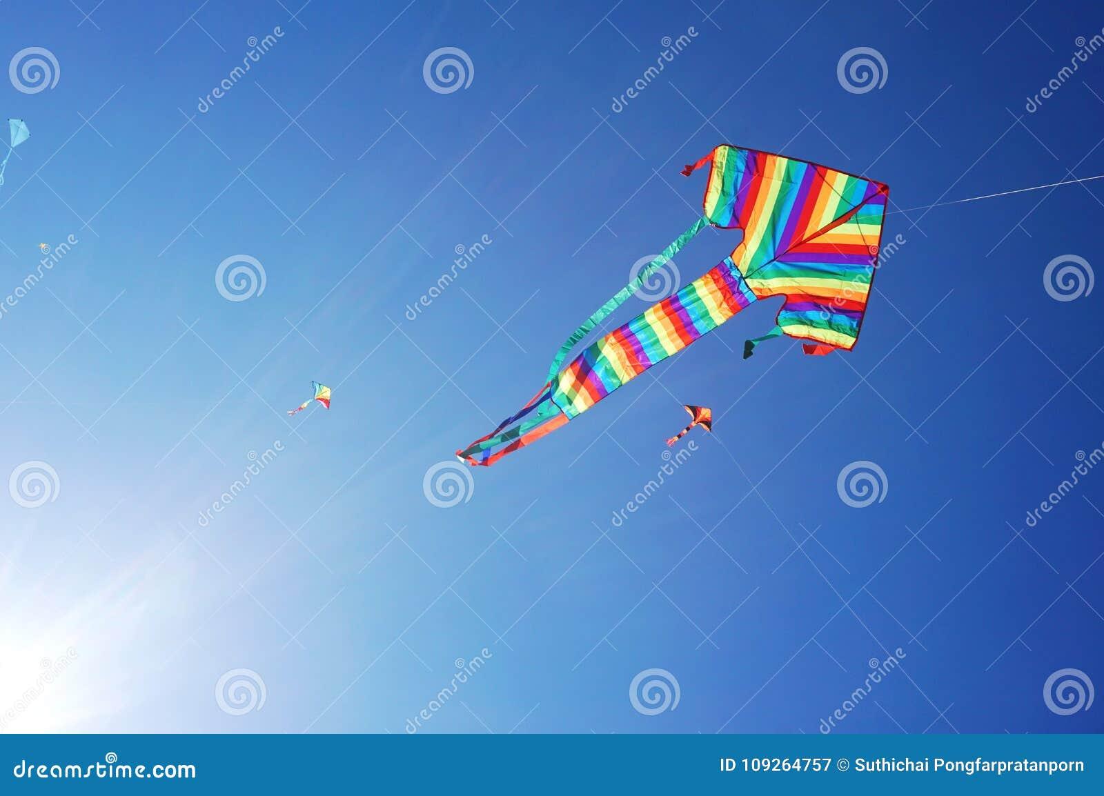 Enrolle el festival en la playa de Bondi, Sydney, Australia el 10 de septiembre de 2017 Las cometas coloridas en el cielo como ev