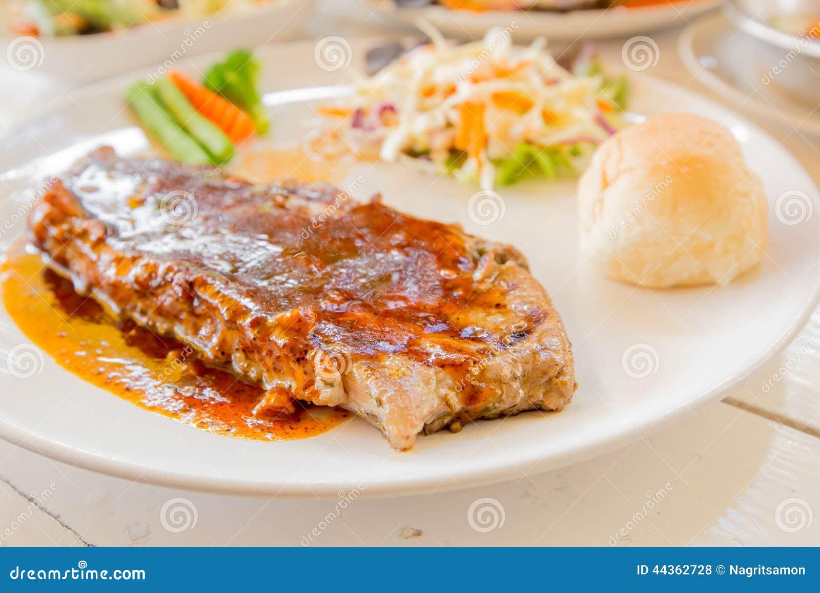 Ensalada asada a la parrilla de los filetes, del pan y de la verdura
