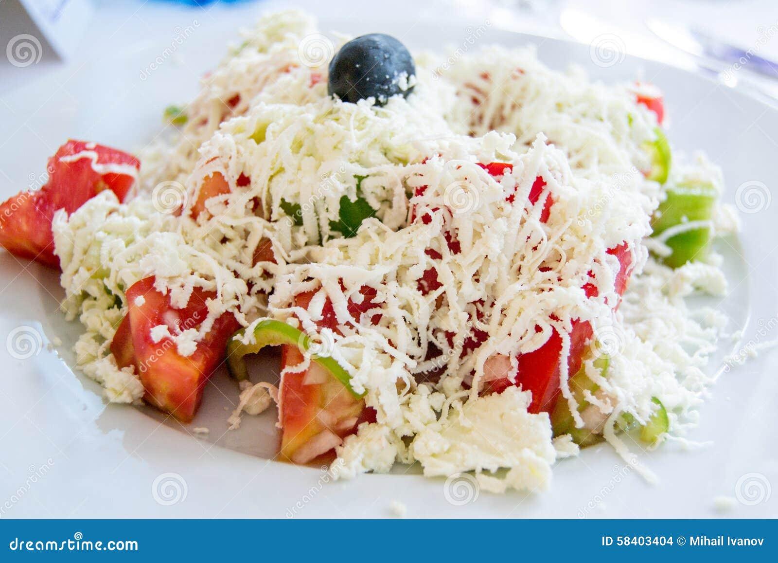 Ensalada búlgara tradicional con los tomates, los pepinos, el queso y la aceituna