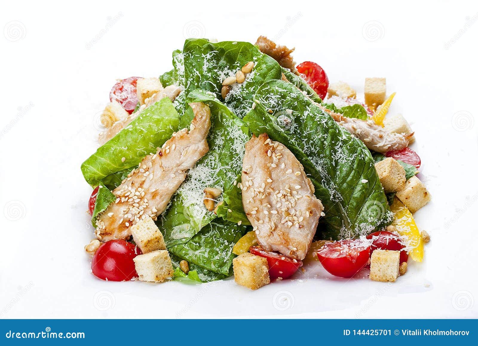 Ensalada César con el pollo en una placa blanca