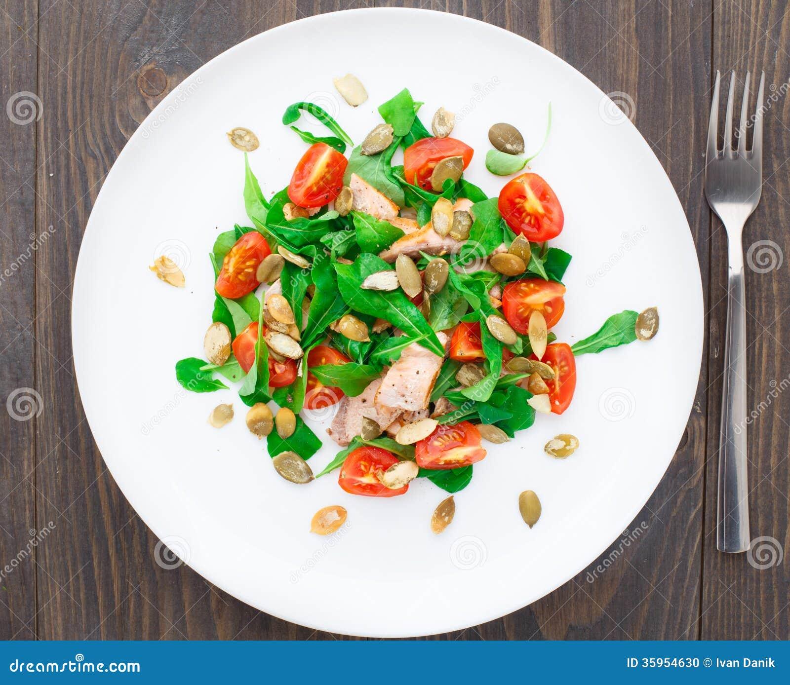 Ensalada con el tomate del arugula, de los salmones y de cereza