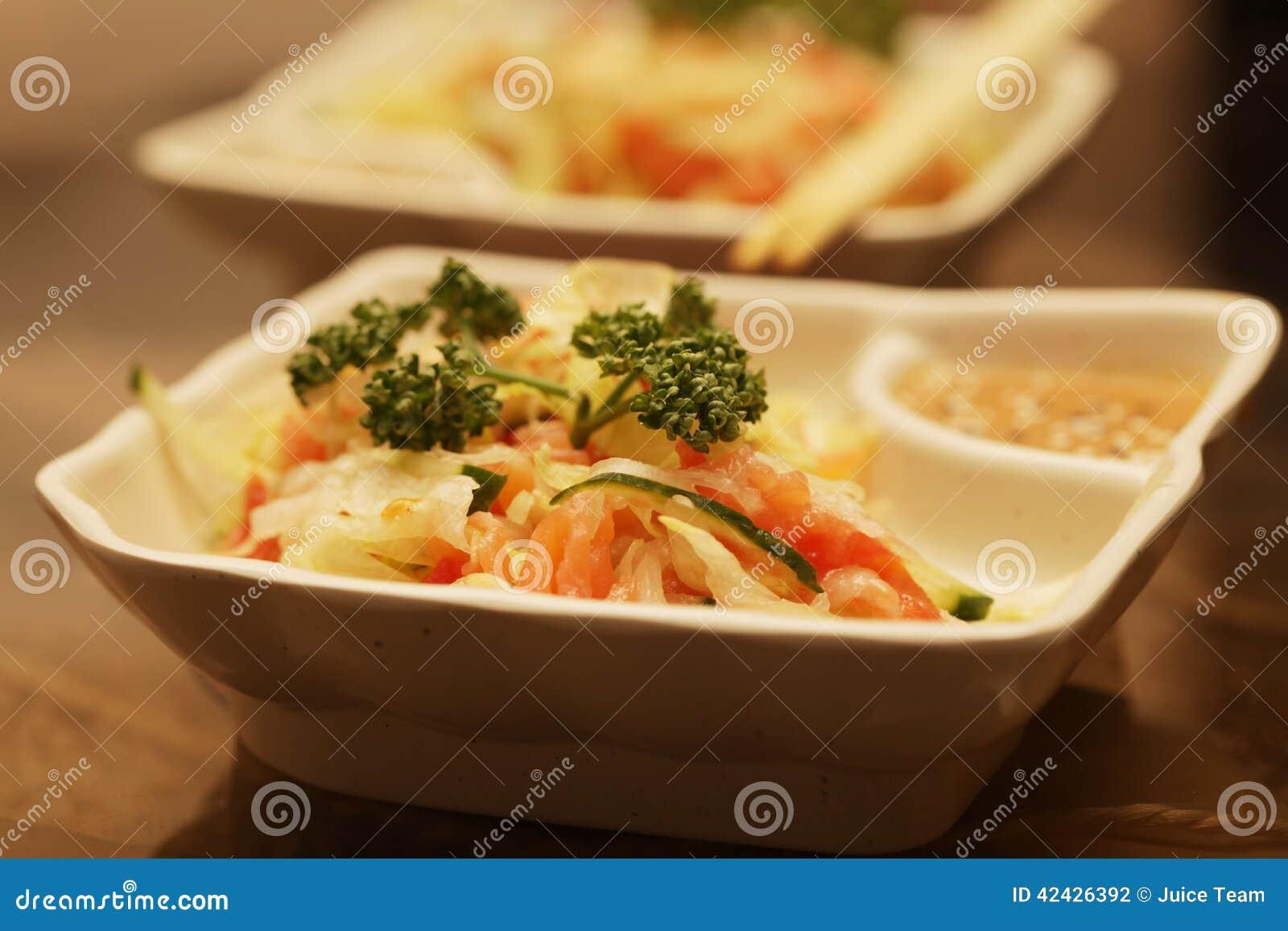 Ensalada con la verdura y los salmones