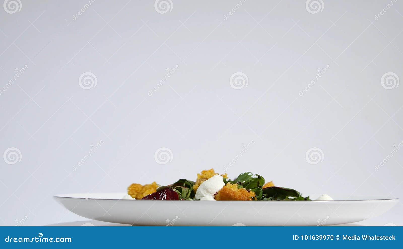 Ensalada con los arenques, las remolachas, paprika, la cebolla roja, la mostaza y el vinagre balsámico Ensalada de la lechuga, de