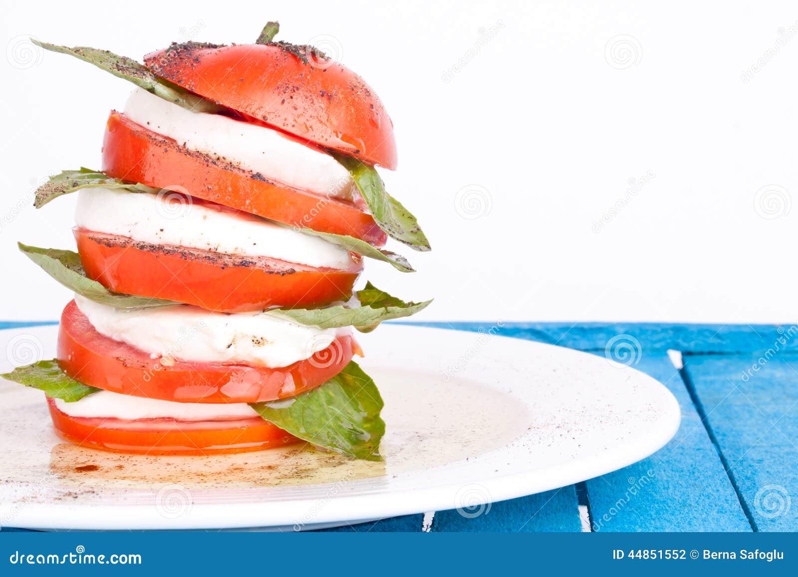Ensalada de Caprese con la mozarela, el tomate y la albahaca