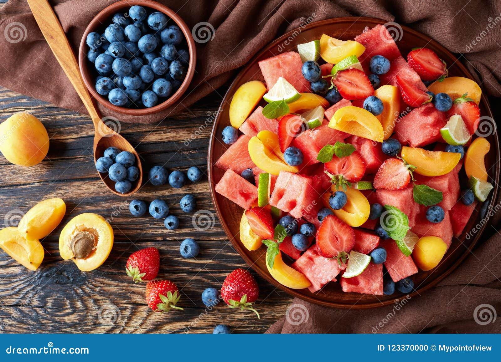 Ensalada de fruta fresca en una placa