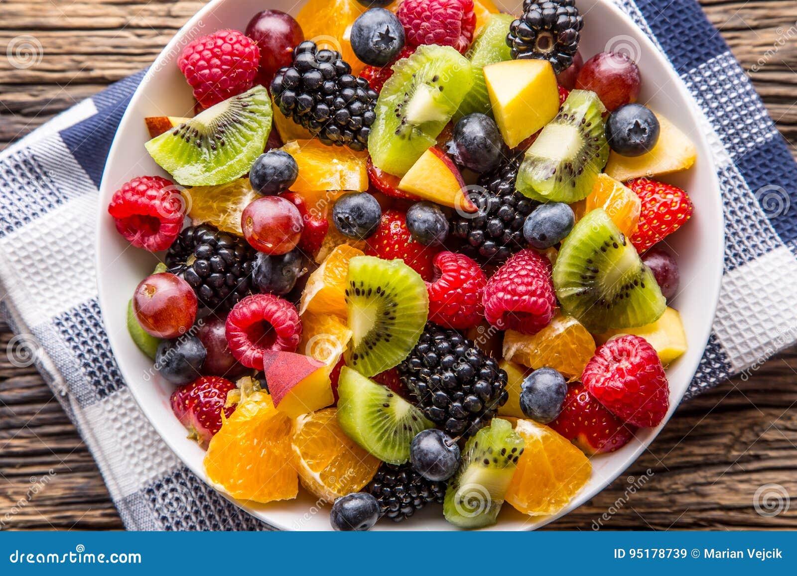 Ensalada de fruta tropical mezclada fresca de la fruta Cuenco de ensalada de fruta fresca sana - murió y de concepto de la aptitu