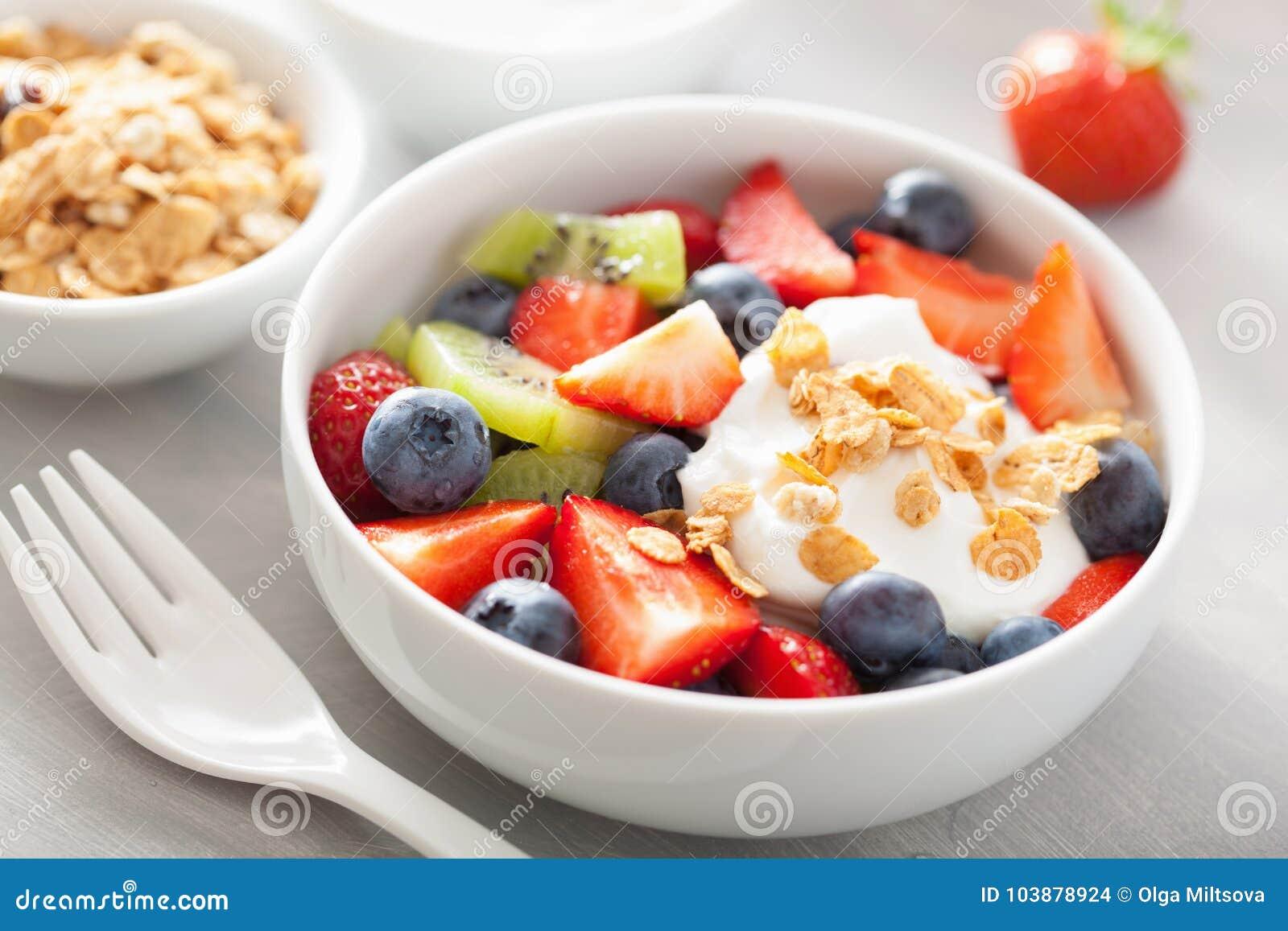 ensalada de fruta con yogurt y cereal