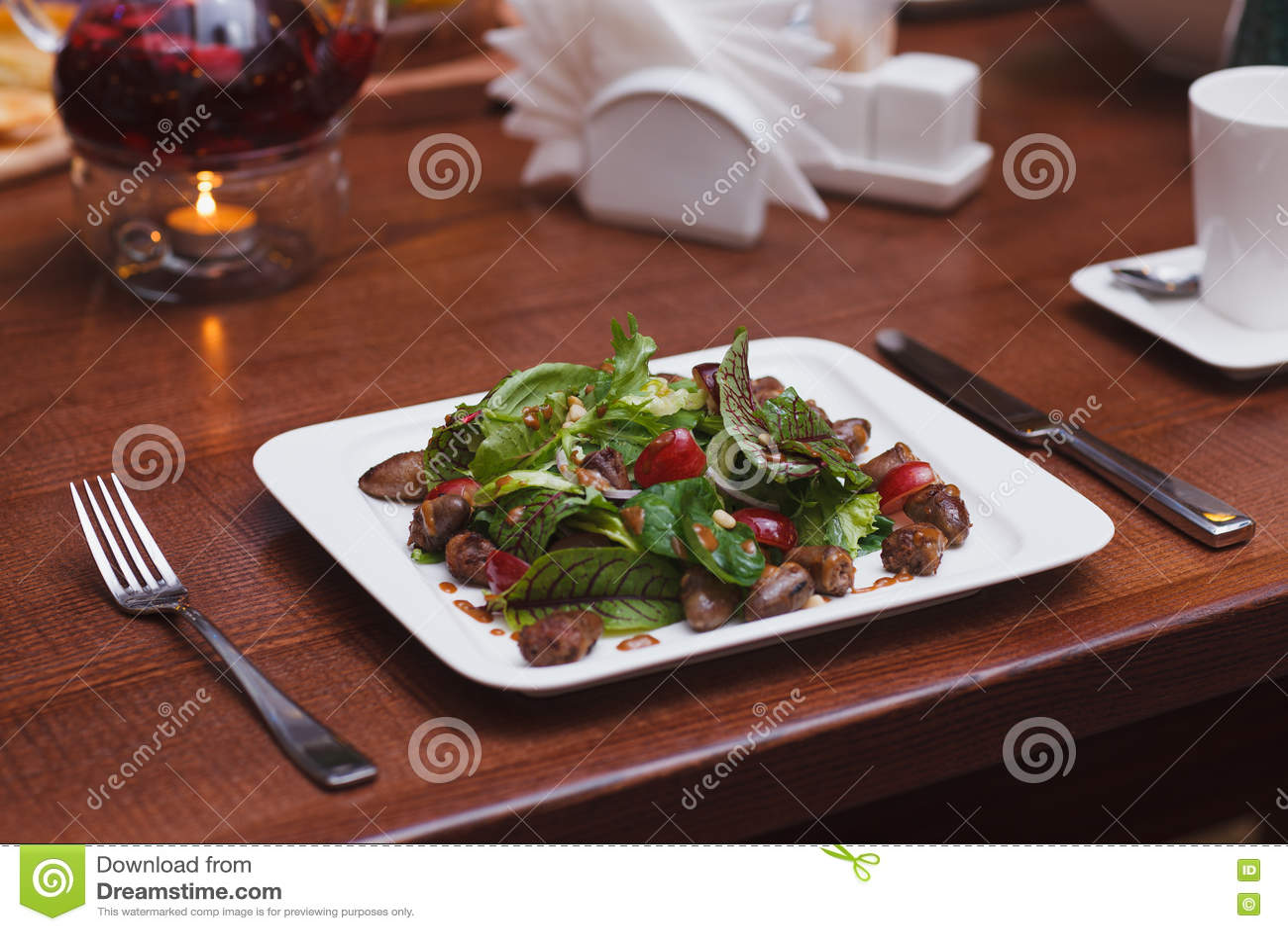 Ensalada de la comida del restaurante en la tabla