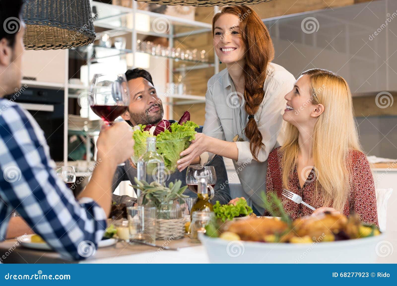 Ensalada de la porción de la mujer