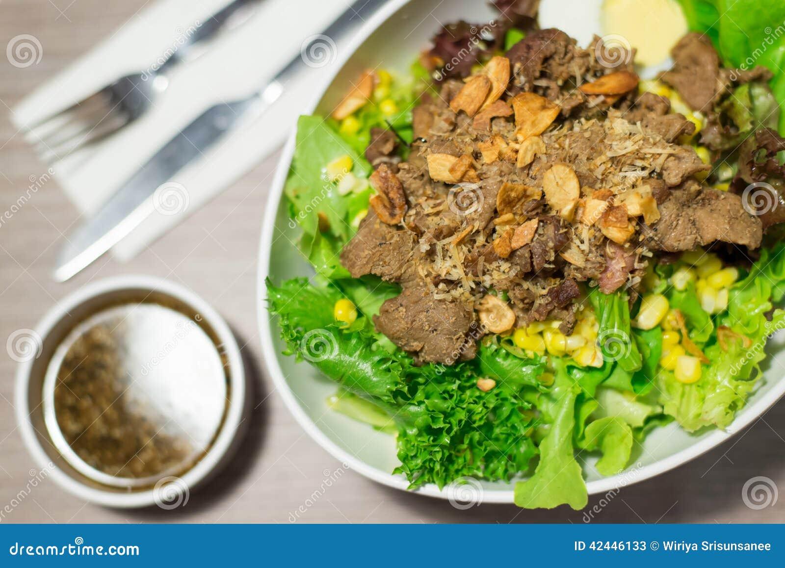 Ensalada de las verduras con carne de vaca cortada