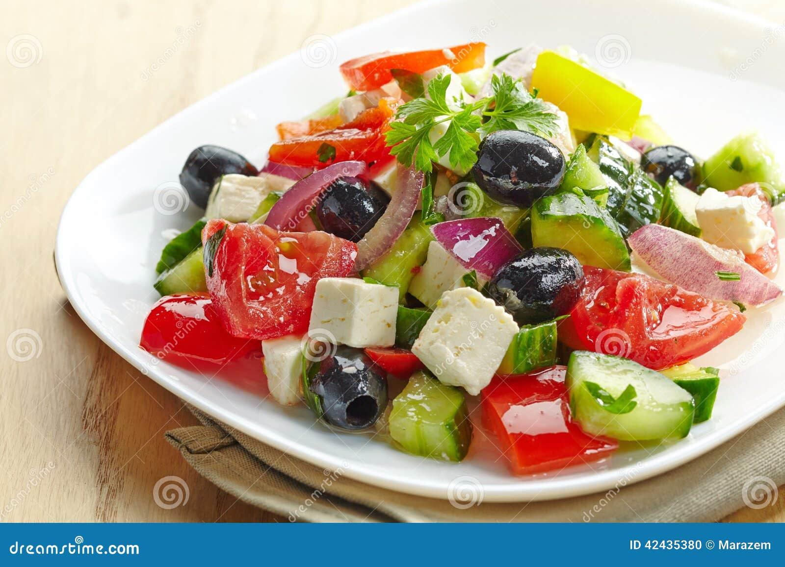 Ensalada de las verduras frescas con queso y aceitunas