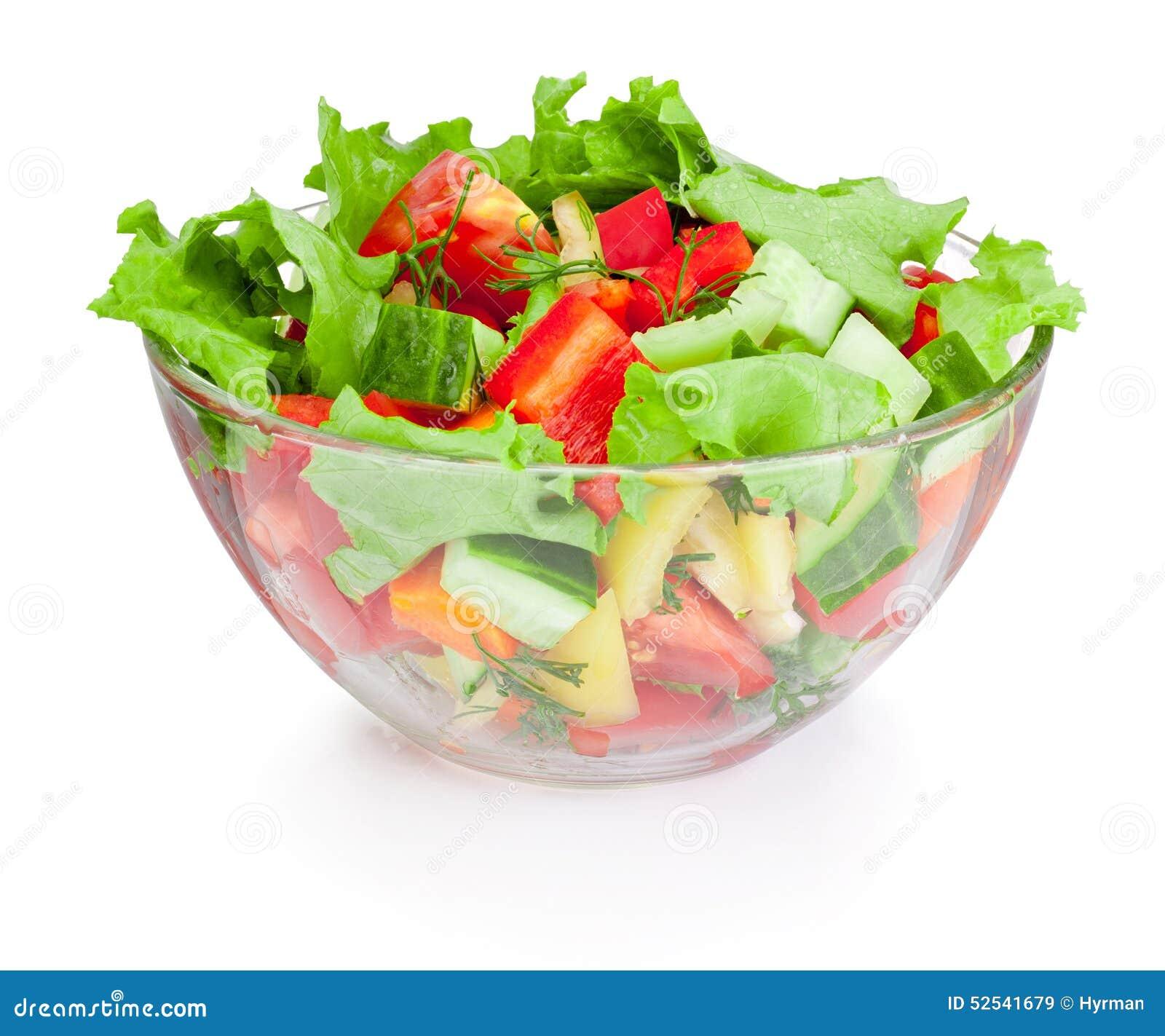 Ensalada de las verduras frescas en el bol de vidrio aislado en el fondo blanco