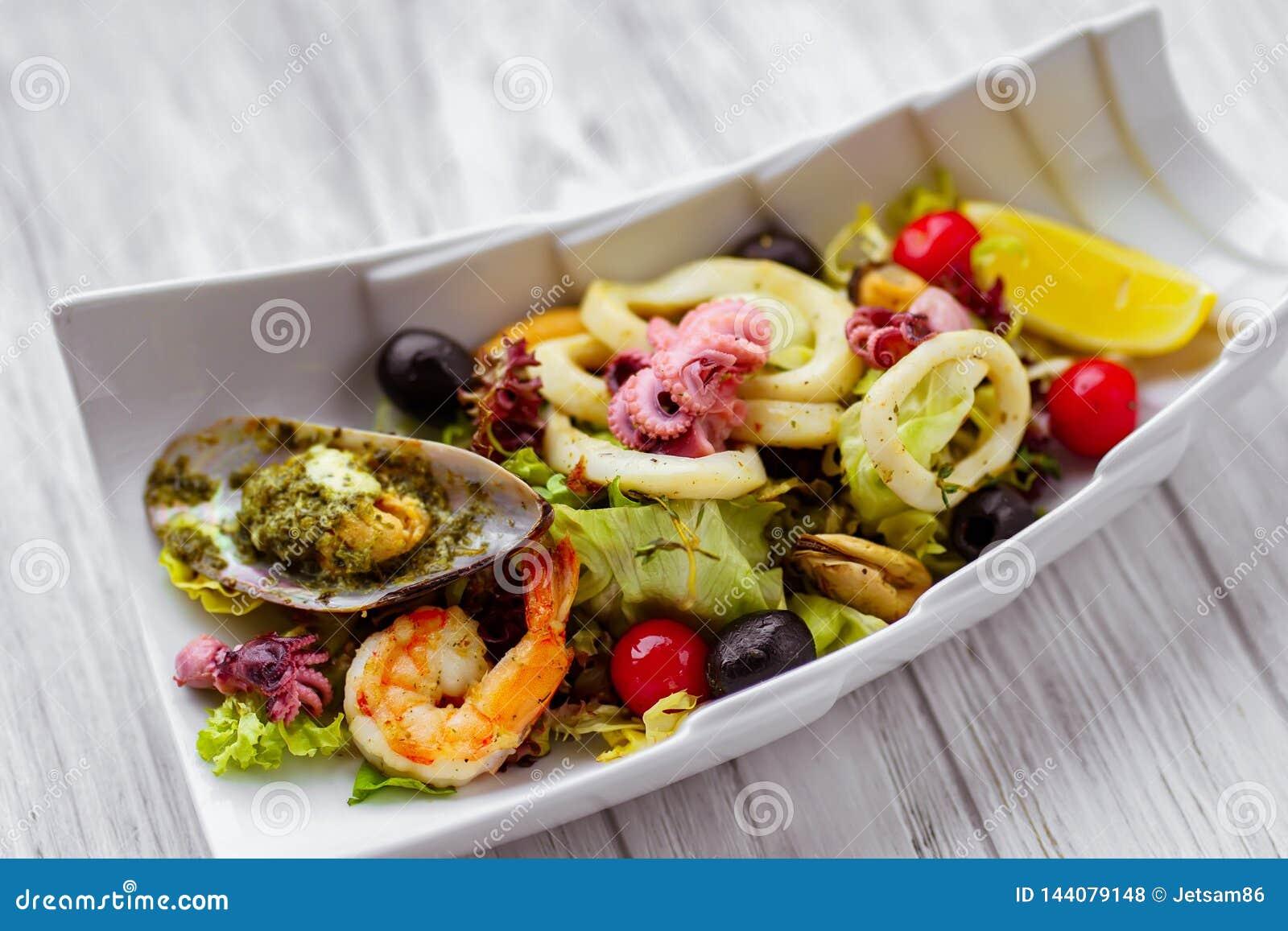 Ensalada de los mariscos, porción del restaurante, comida apetitosa