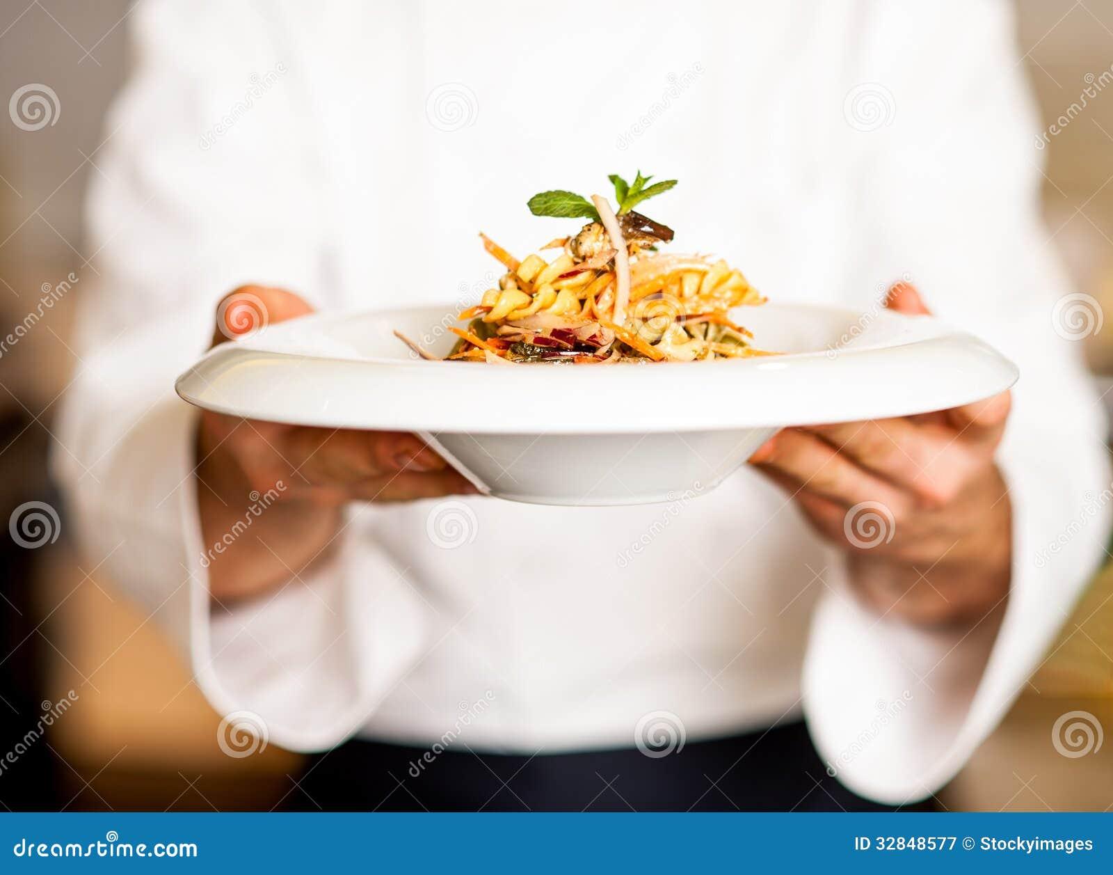 Ensalada de pasta de ofrecimiento del cocinero a usted