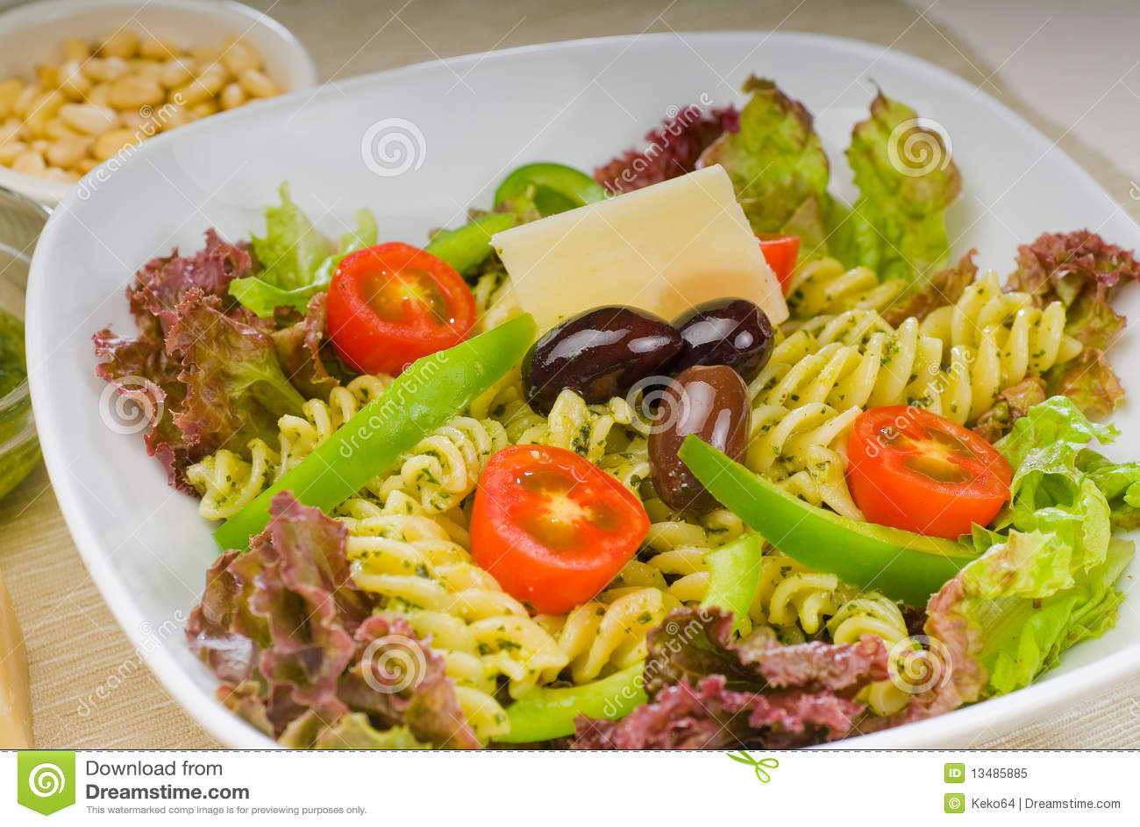 Ensalada de pastas italiana del fusilli foto de archivo - Ensalada fresca de pasta ...