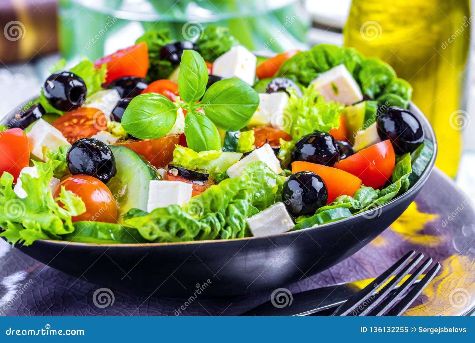 Ensalada del Griego de las verduras frescas Comida sana en fondo de madera