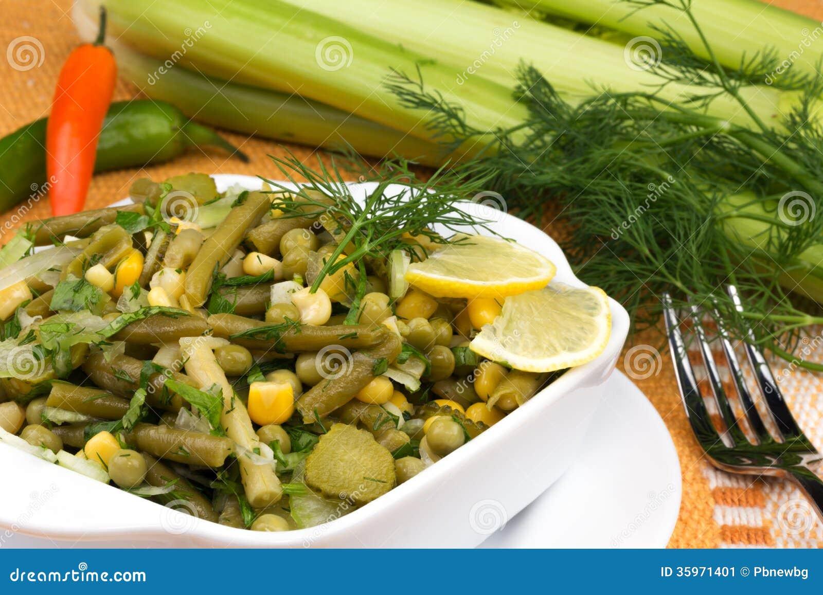 Ensalada del puerro con los guisantes y las habas verdes