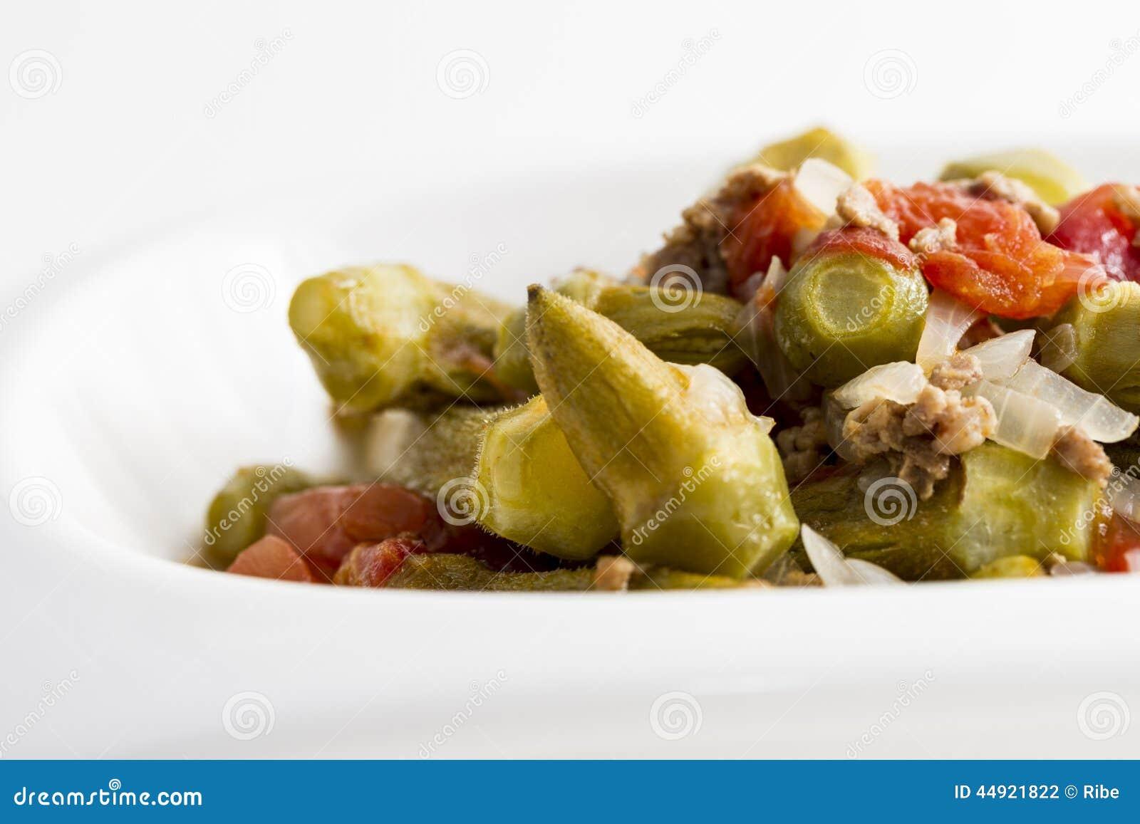 Ensalada del quingombó con las cebollas y la carne picadita