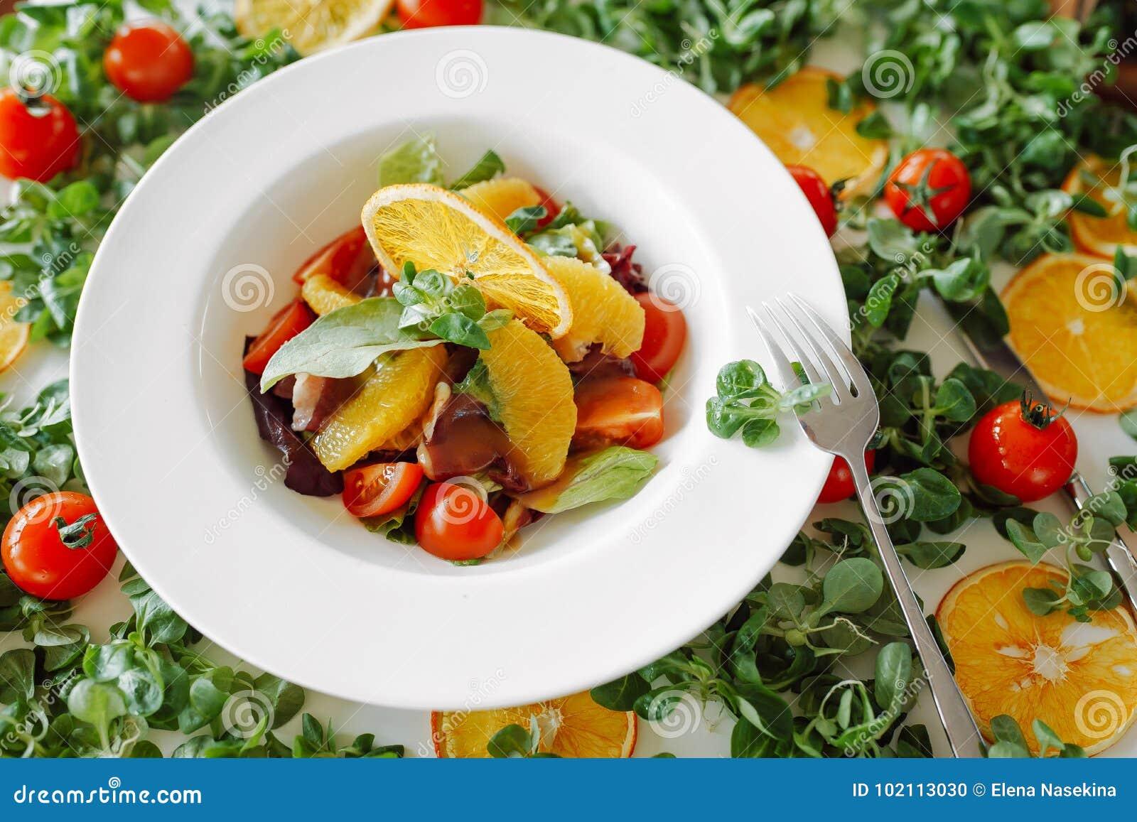 Ensalada en naranjas, tomates y tocino