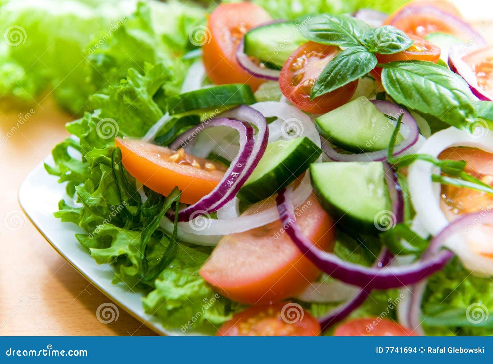 Ensalada fresca con la cebolla el tomate y la albahaca - Ensalada fresca de pasta ...