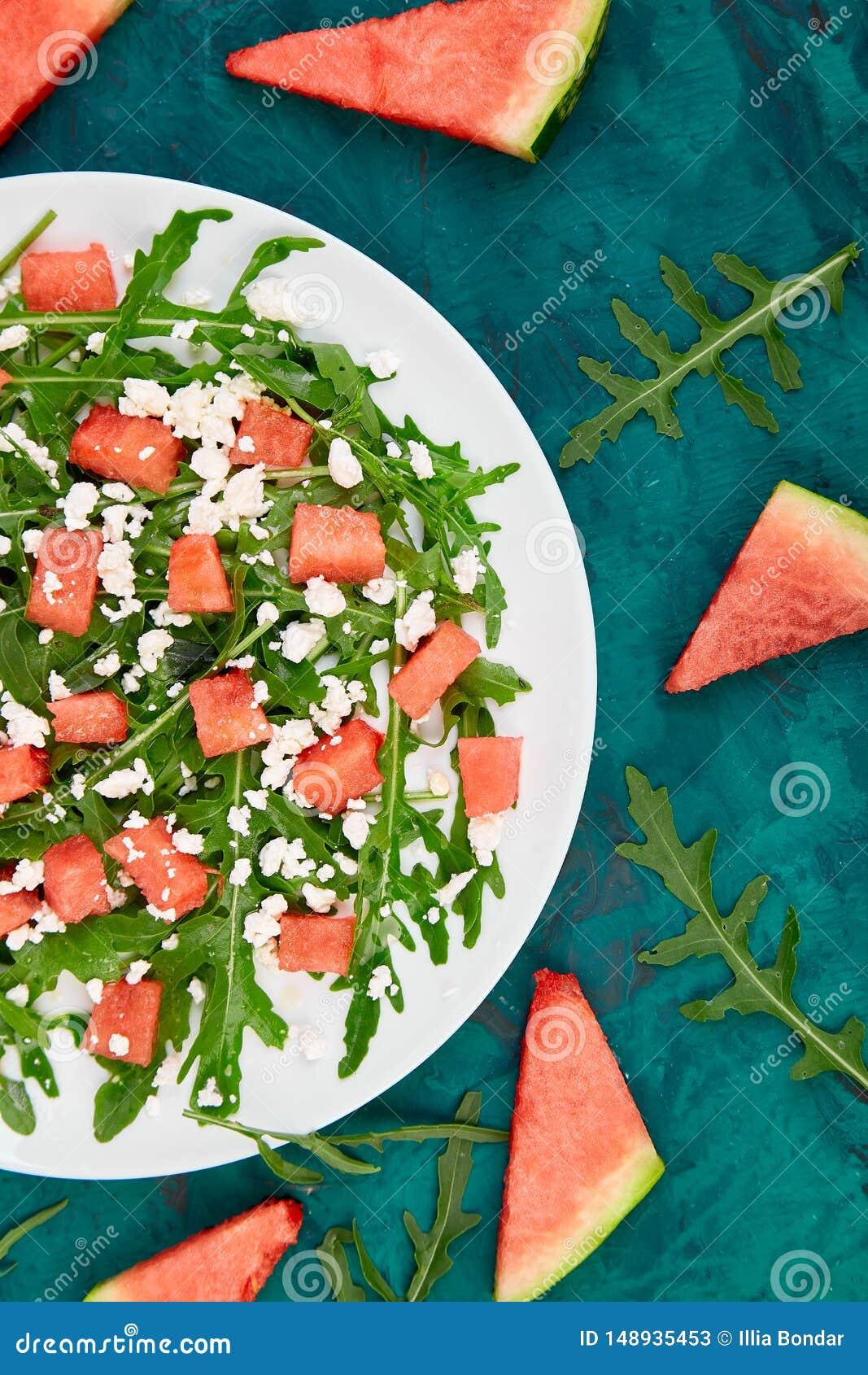 Ensalada fresca de la sand?a del verano con el queso feta y el arugula