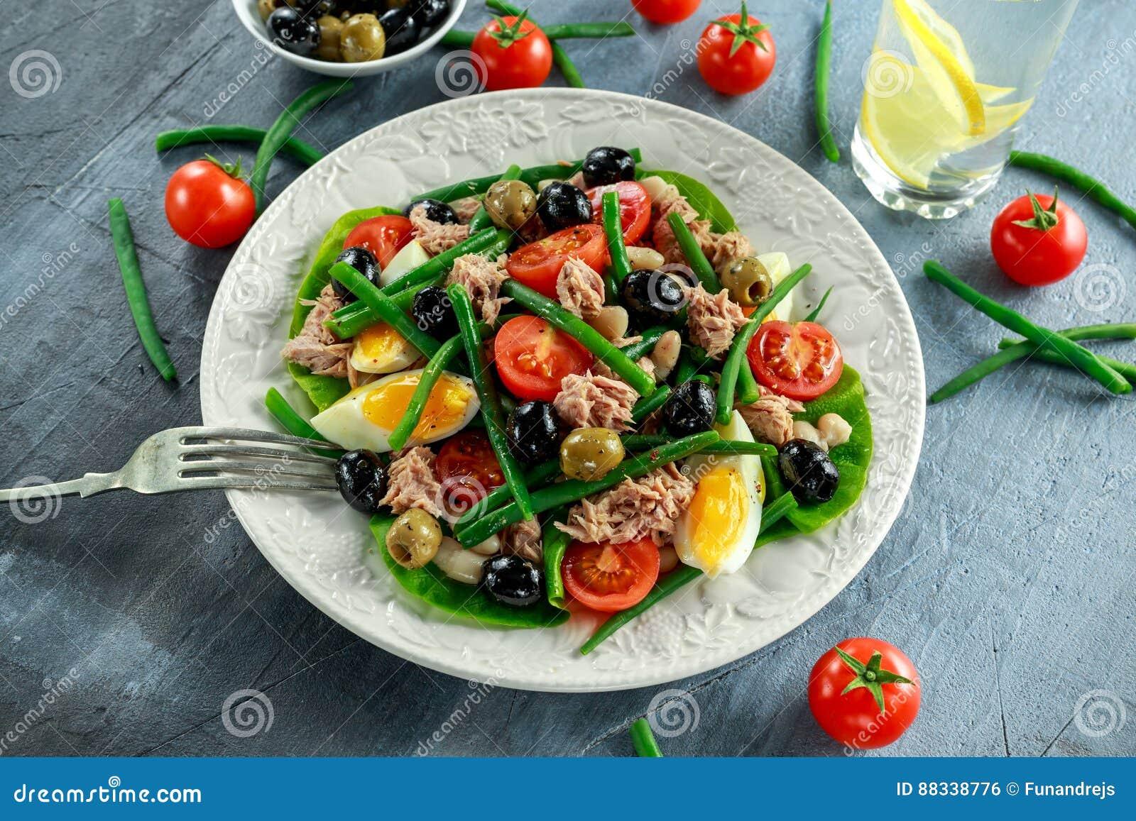 Ensalada fresca de Tuna Green Bean con los huevos, tomates, habas, aceitunas en la placa blanca Comida sana del concepto