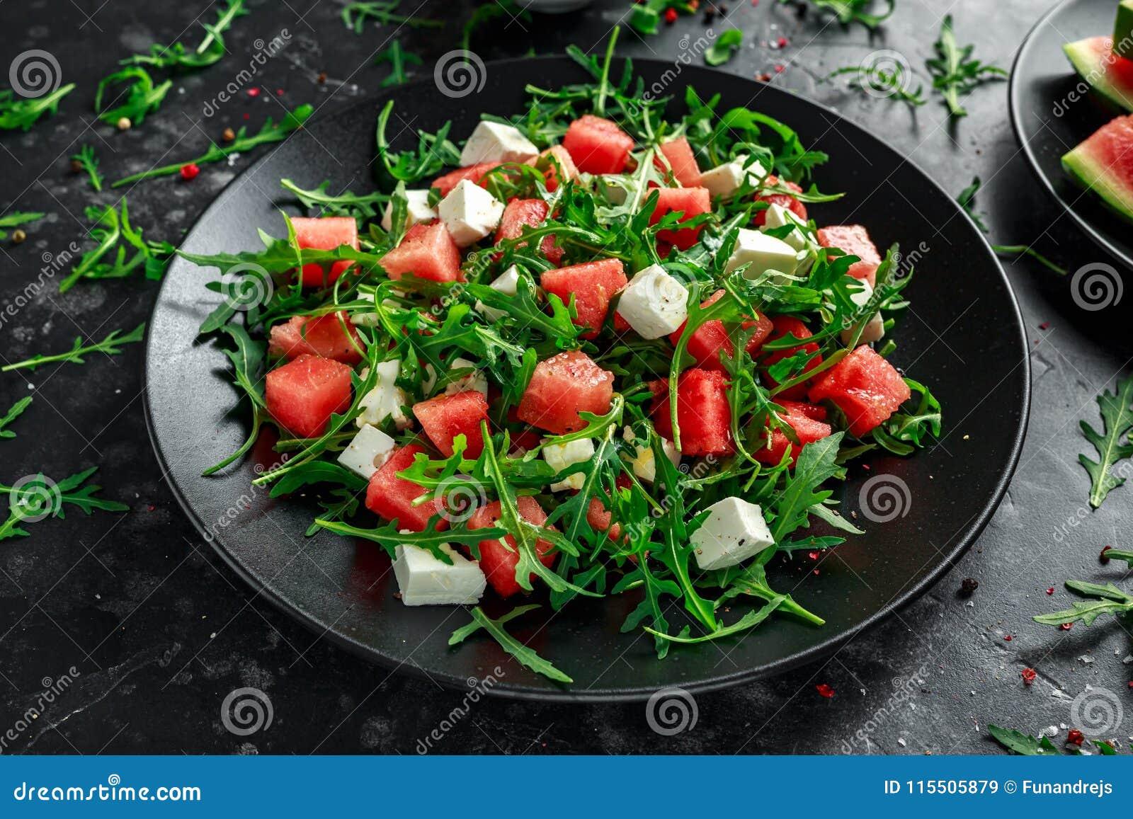 Ensalada jugosa del queso Feta del arugula de la sandía con la menta y anaranjado frescos, preparación del limón Plato del verano