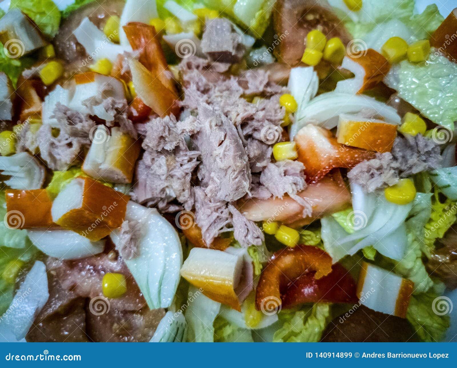 Ensalada mediterránea con los diversos ingredientes