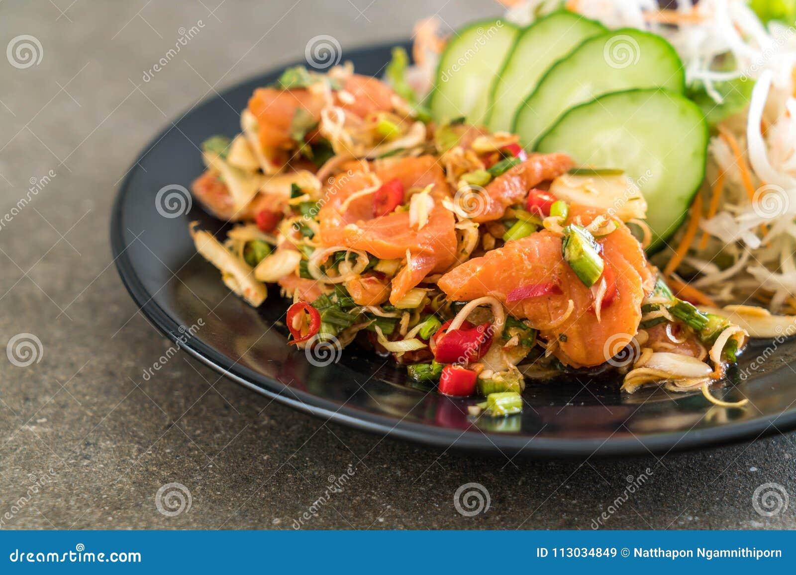 Ensalada picante cruda de color salmón fresca