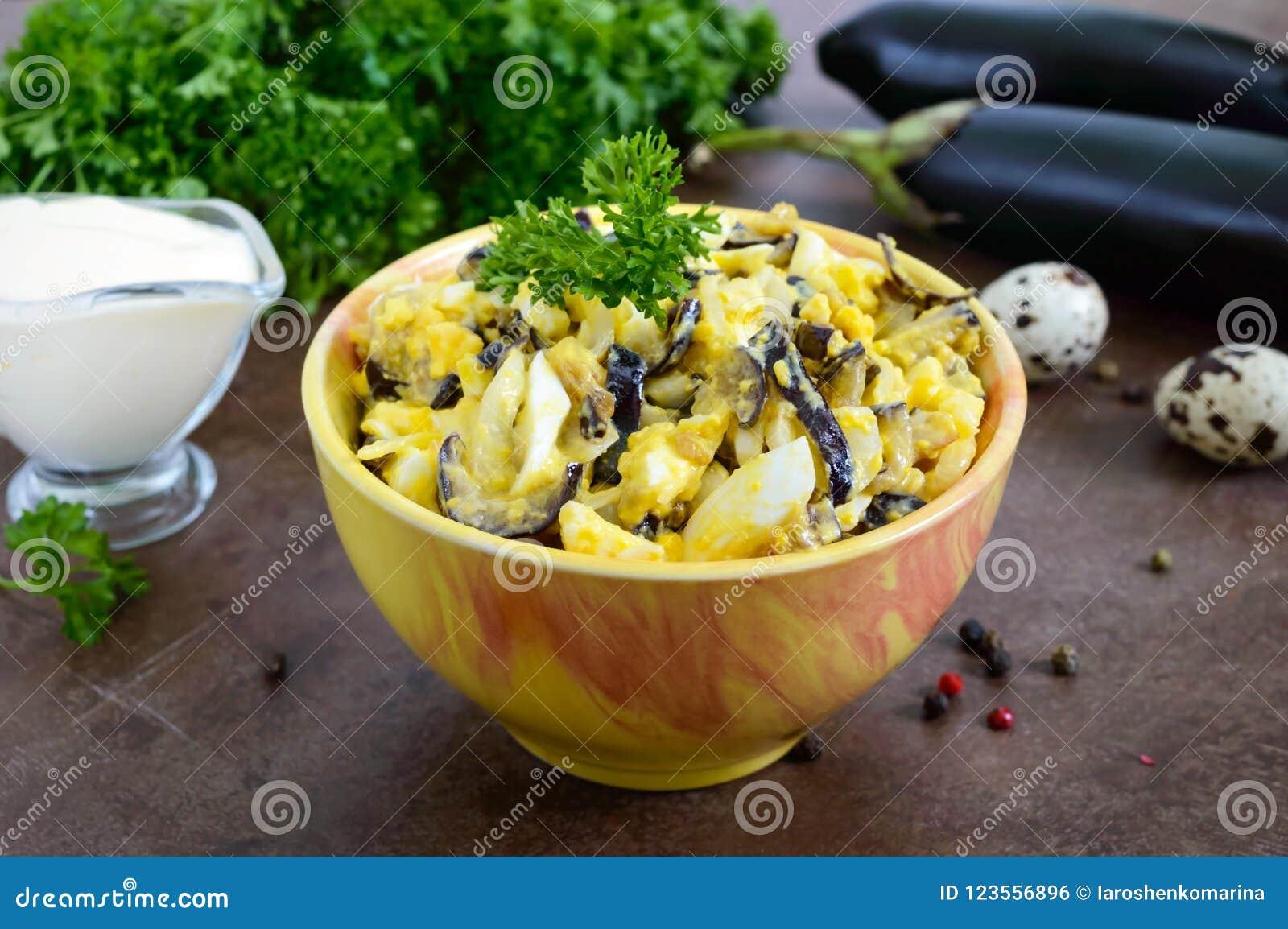 Ensalada picante de la berenjena frita, huevo hervido, cebollas adobadas