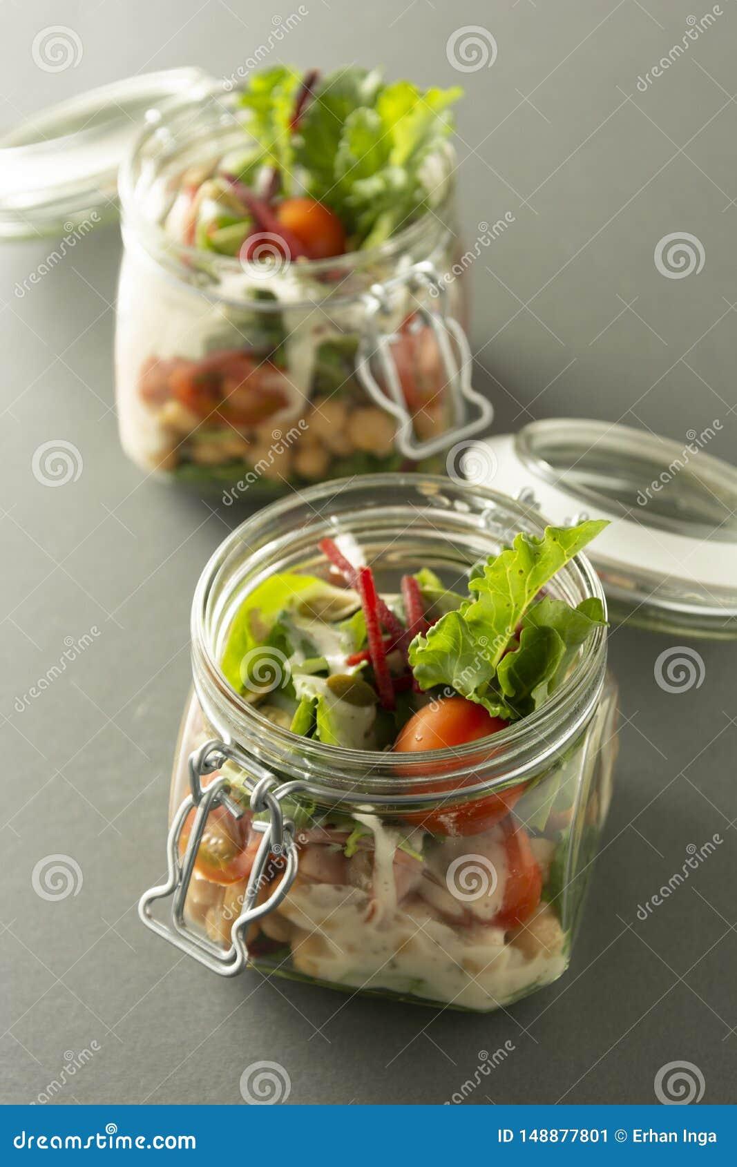 Ensalada sana en el tarro de cristal con las verduras frescas Comida sana, dieta, detox, consumici?n limpia y concepto vegetarian