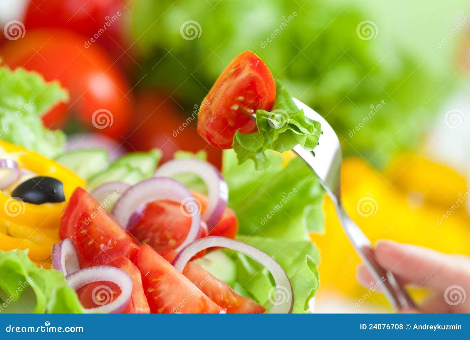 Ensalada sana y fork de las verduras frescas del alimento