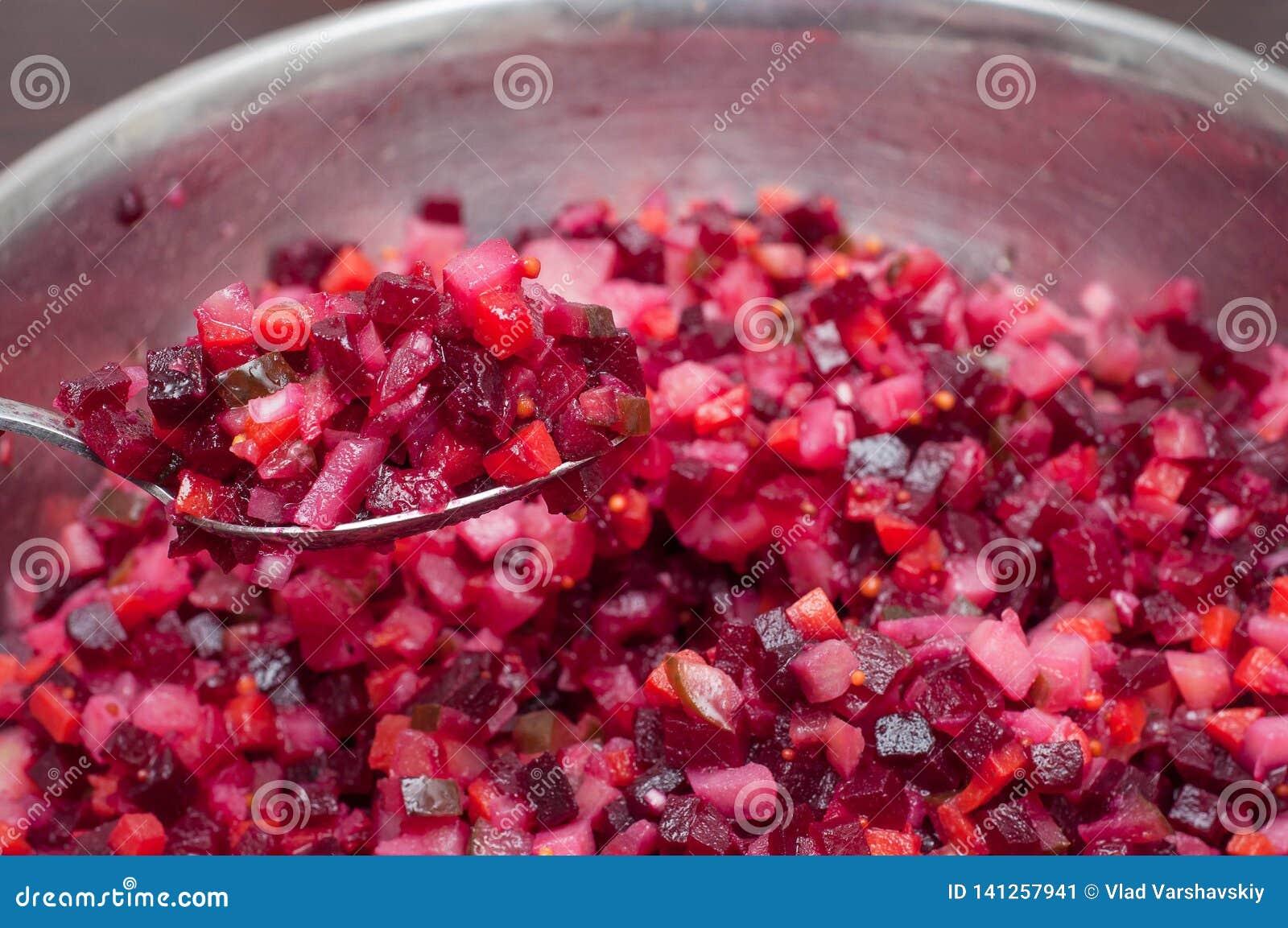 Ensalada vegetal con los diversos ingredientes