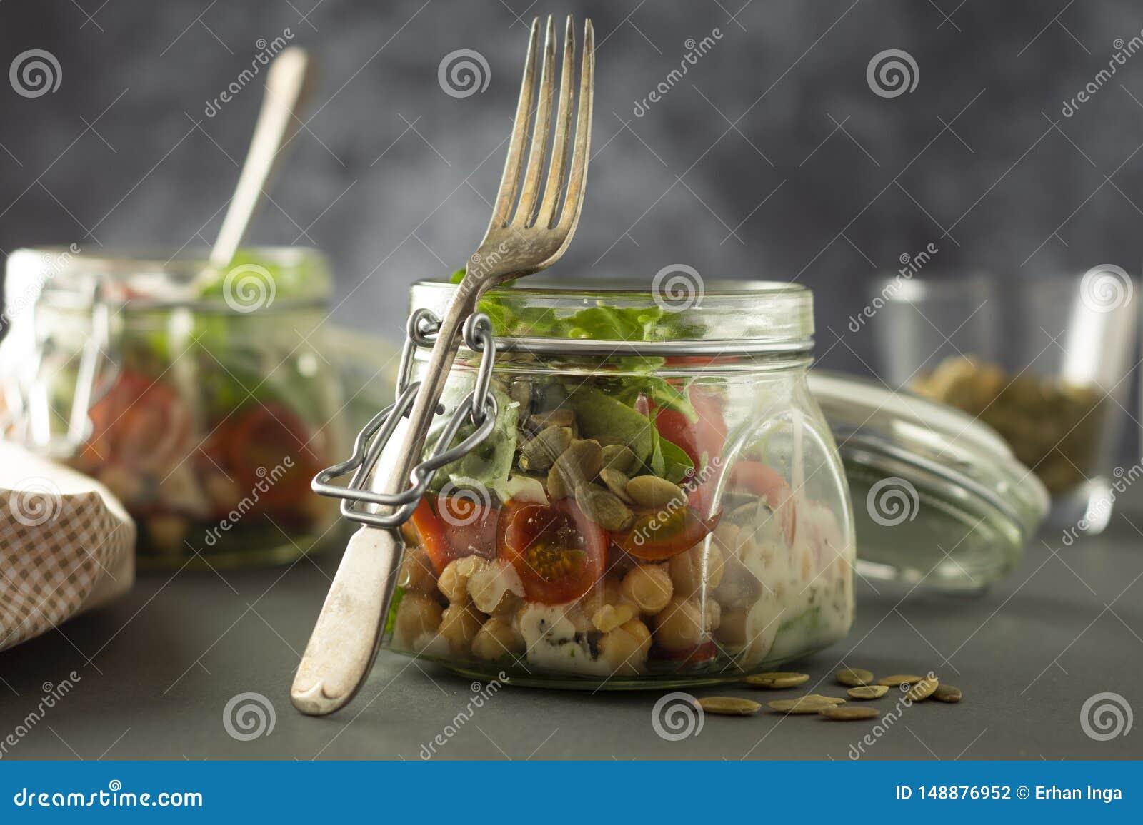 Ensalada vegetal en el tarro de cristal, la dieta, el detox, la consumici?n limpia y el concepto vegetariano, espacio de la copia