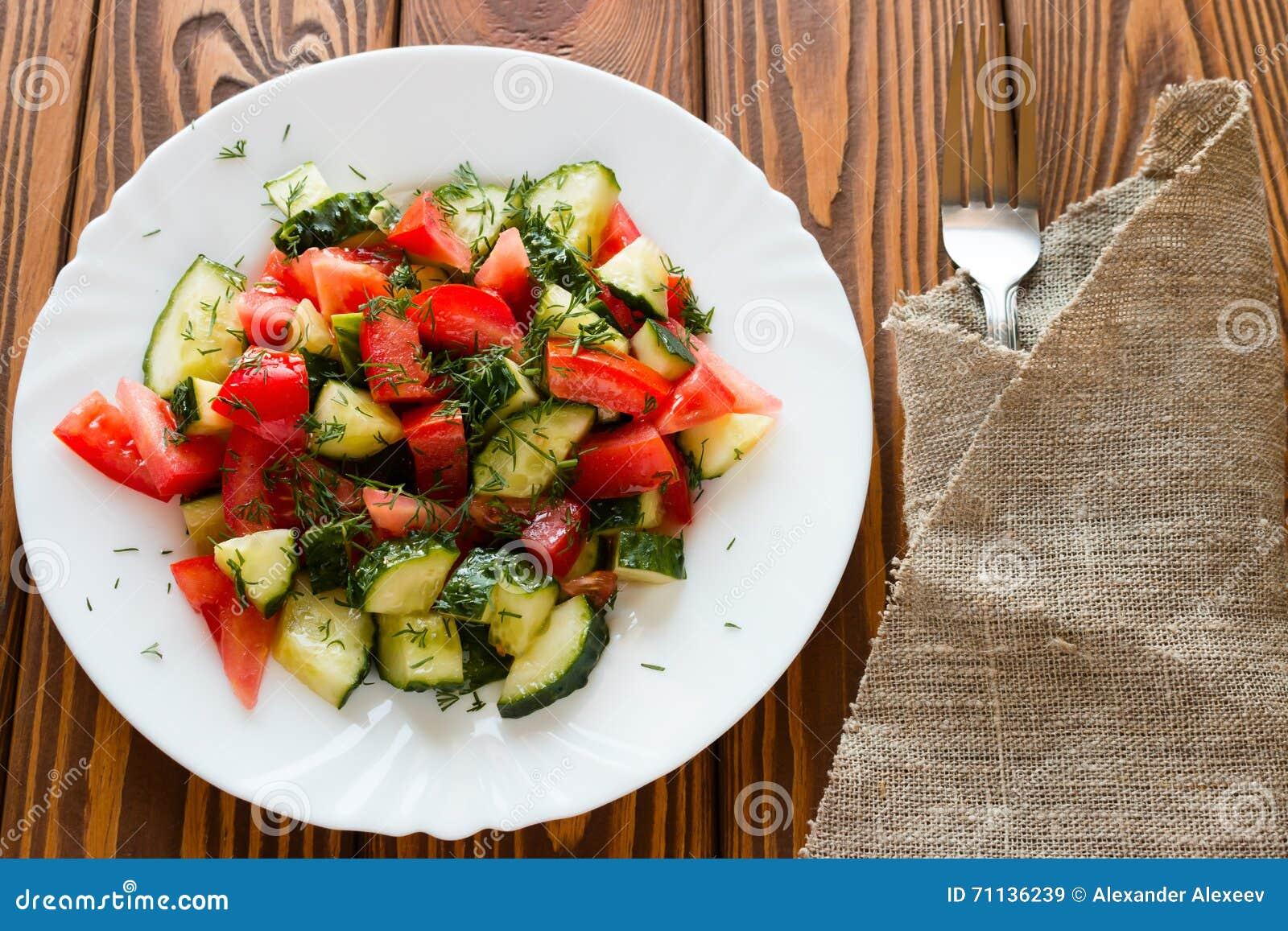 Ensalada vegetariana en una placa blanca