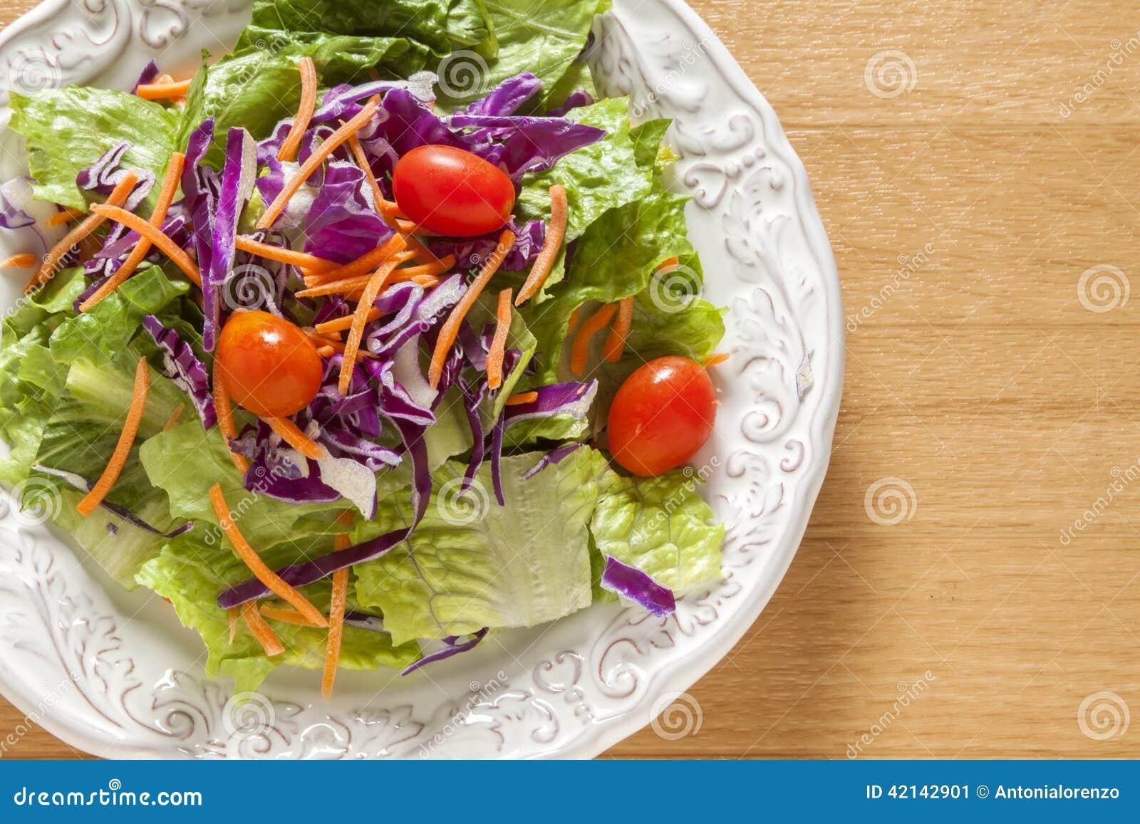 Ensalada verde en un intestino blanco
