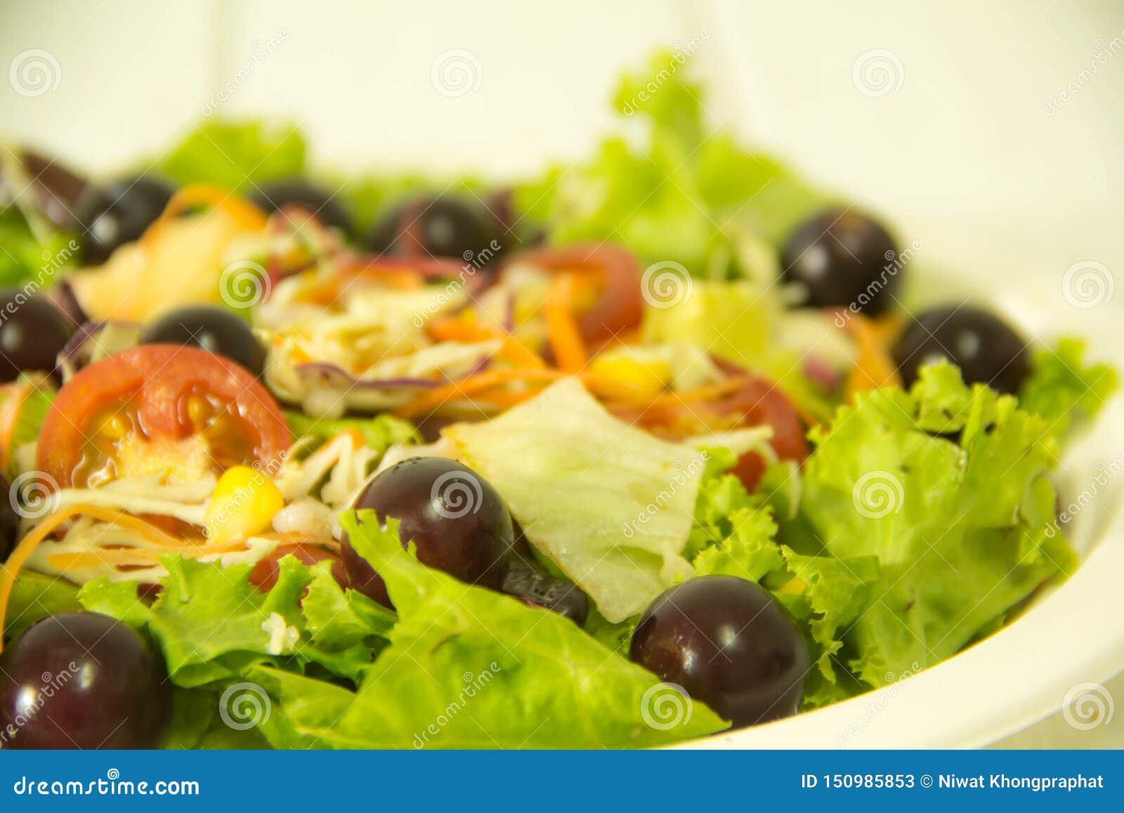 Ensalada verde orgánica y fruta fresca