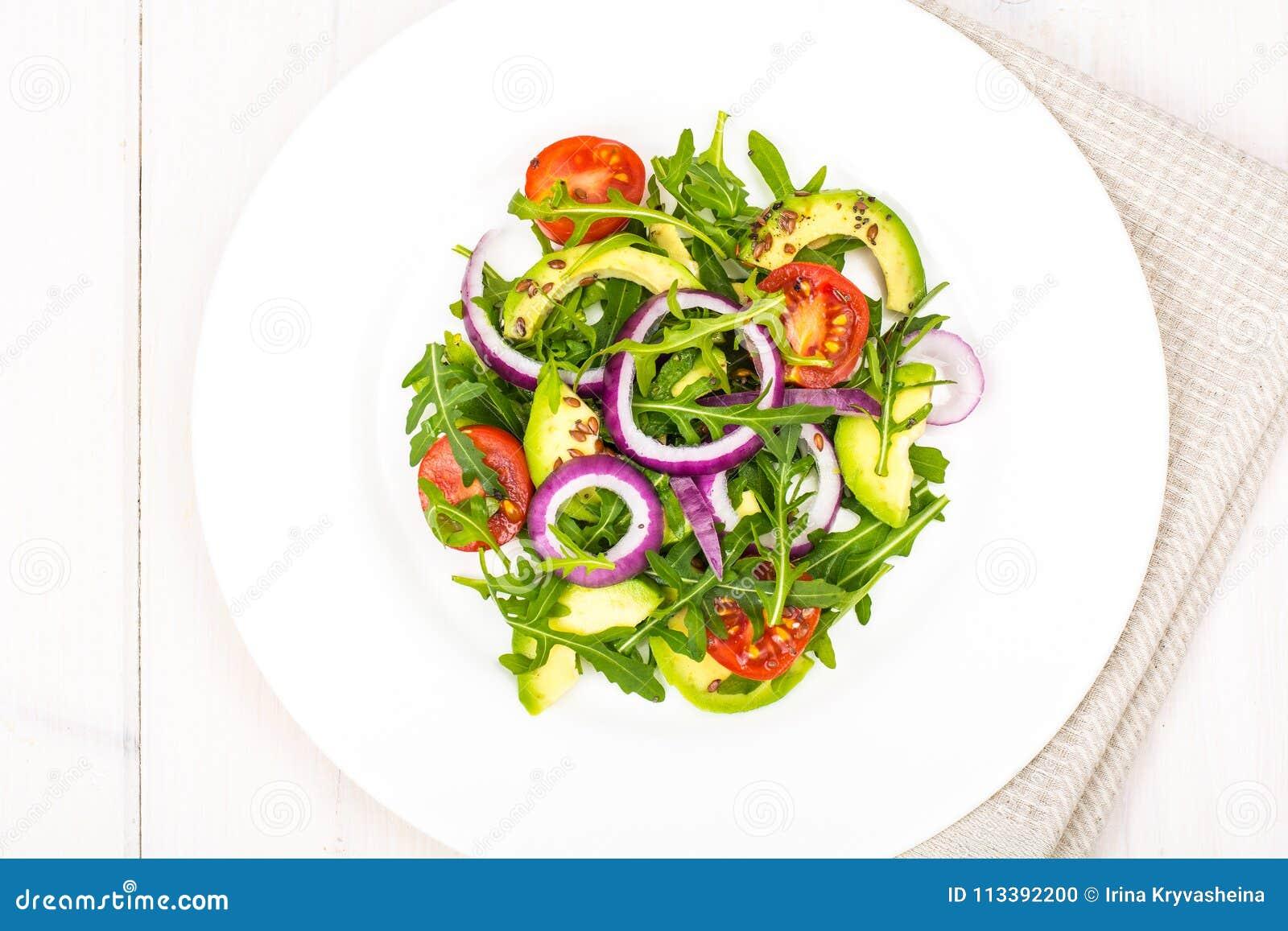 Ensaladas útiles con el aguacate y las verduras frescas El concepto de dieta sana