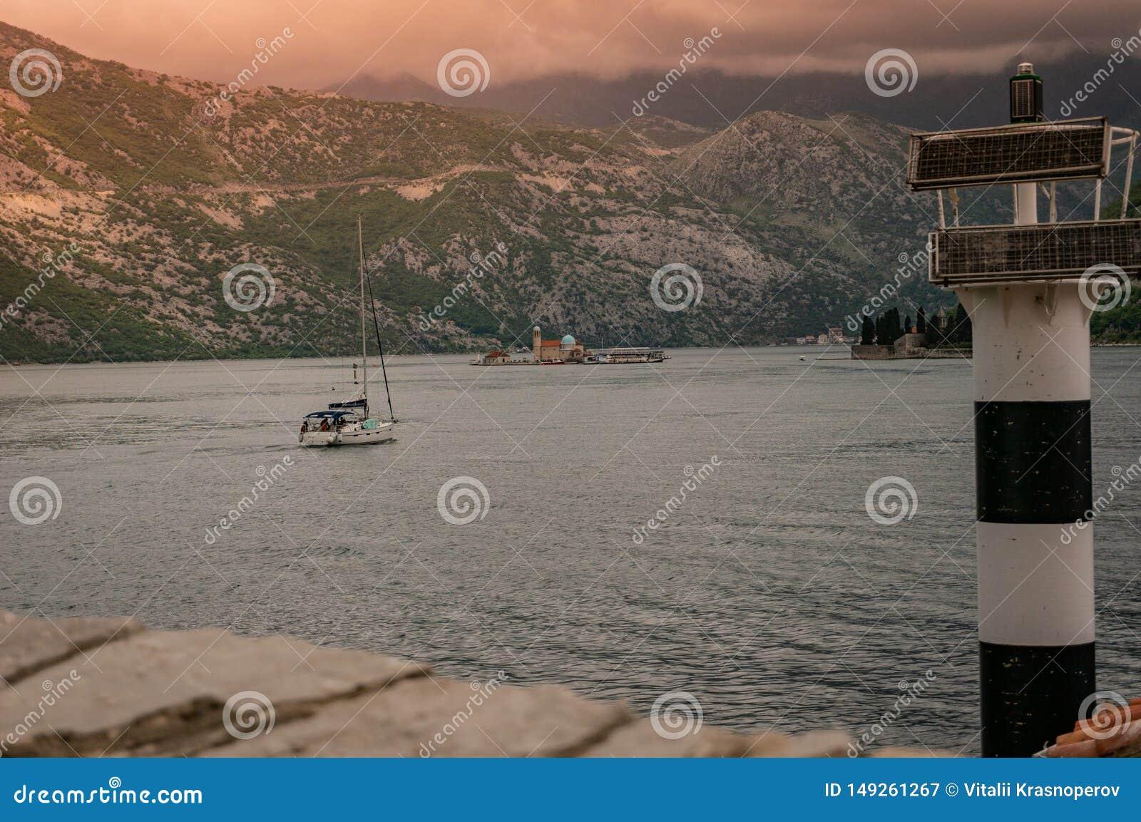 Ensam fartygsegling till fyren av oskulden av klippan i fj?rden av Kotor