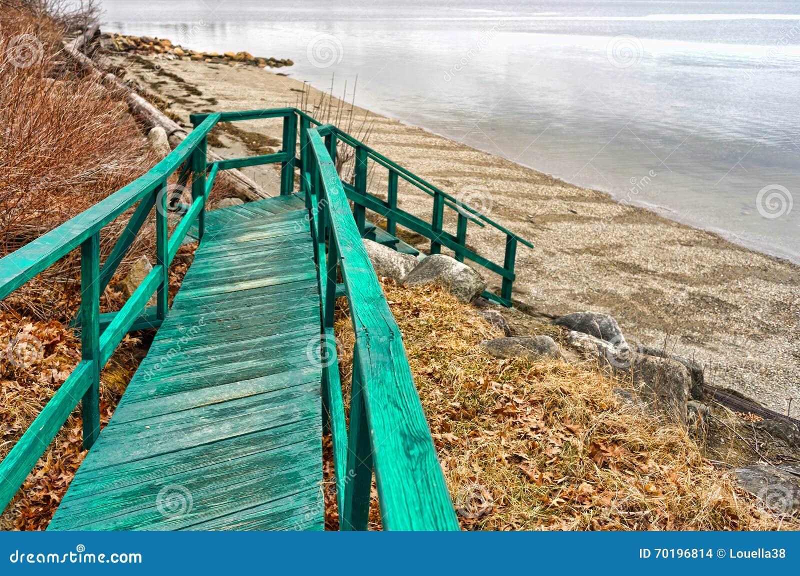 Ensam gammal gångbana som ska sättas på land i våren