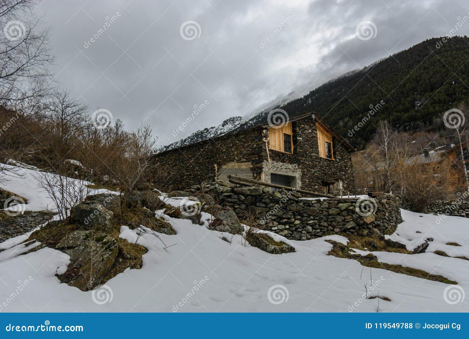 Ensam kabin i snön
