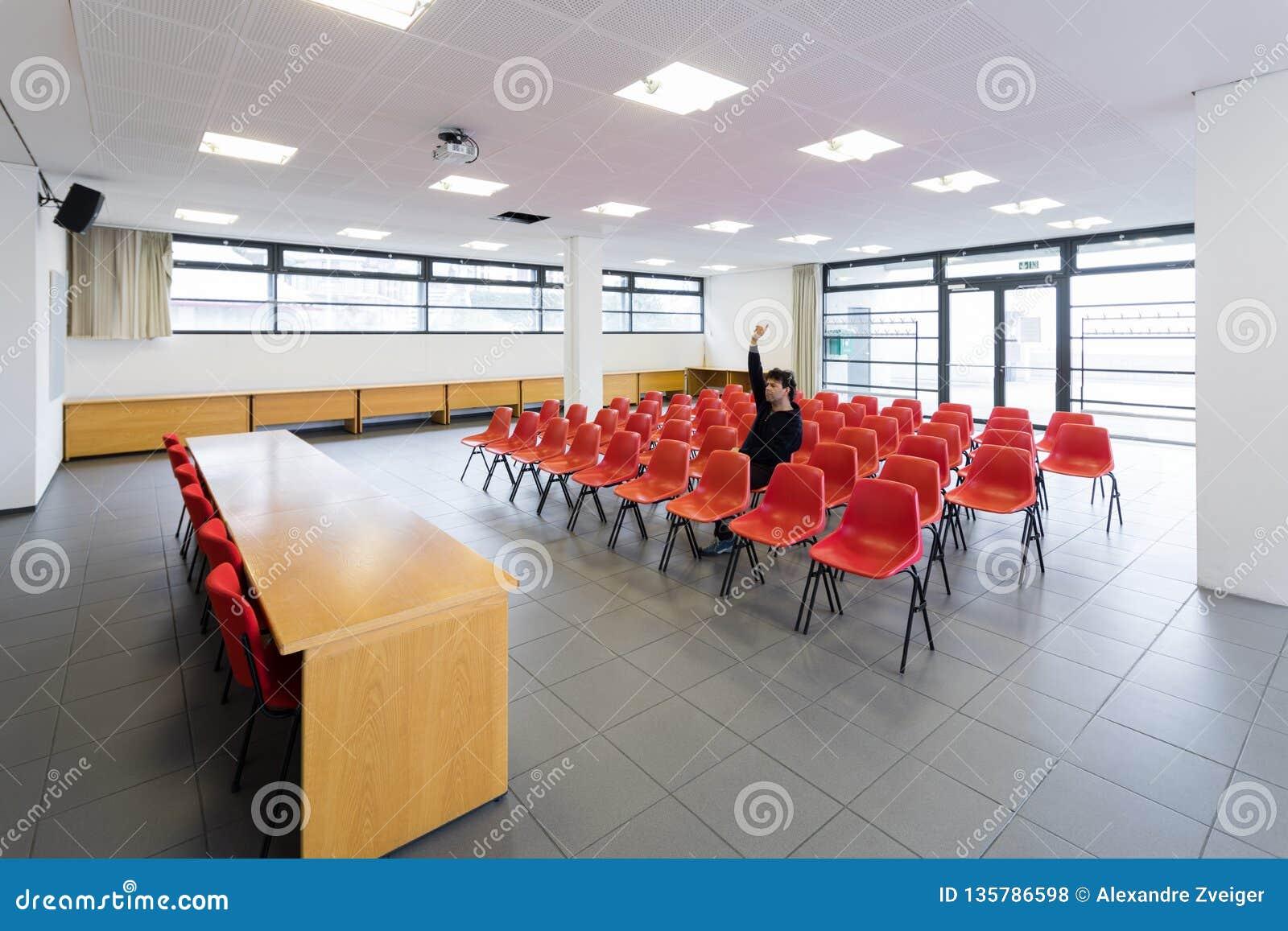 Ensam man i tomt konferensrum, begrepp