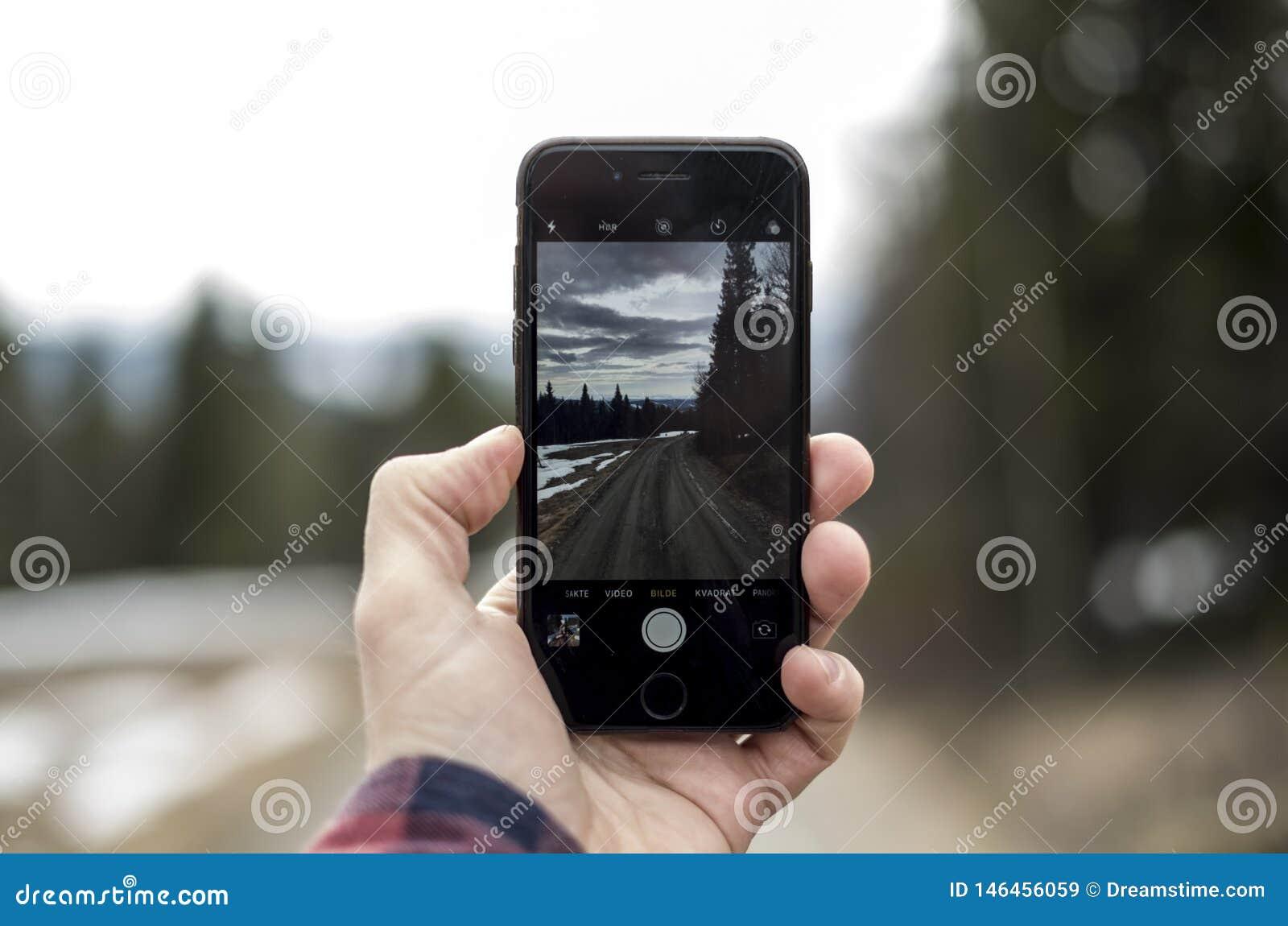 Ensam väg som igenom ses en iphone